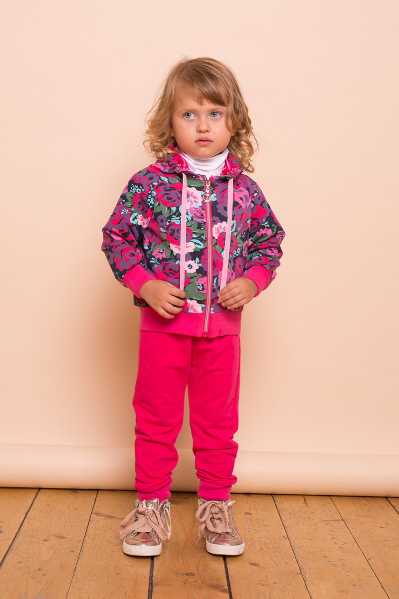 Комплект для девочки Sweet Berry Baby: толстовка, брюки, цвет: фуксия. 732018. Размер 92732018Трикотажный комплект Sweet Berry Baby для девочки состоит из толстовки и спортивных брюк. Толстовка выполнена из принтованой ткани, застегивается на застежку-молнию по всей длине изделия. Брюки спортивного стиля с зауженным низом, собранные на мягкие манжеты. Пояс-резинка дополнен шнуром для регулирования объема по талии.
