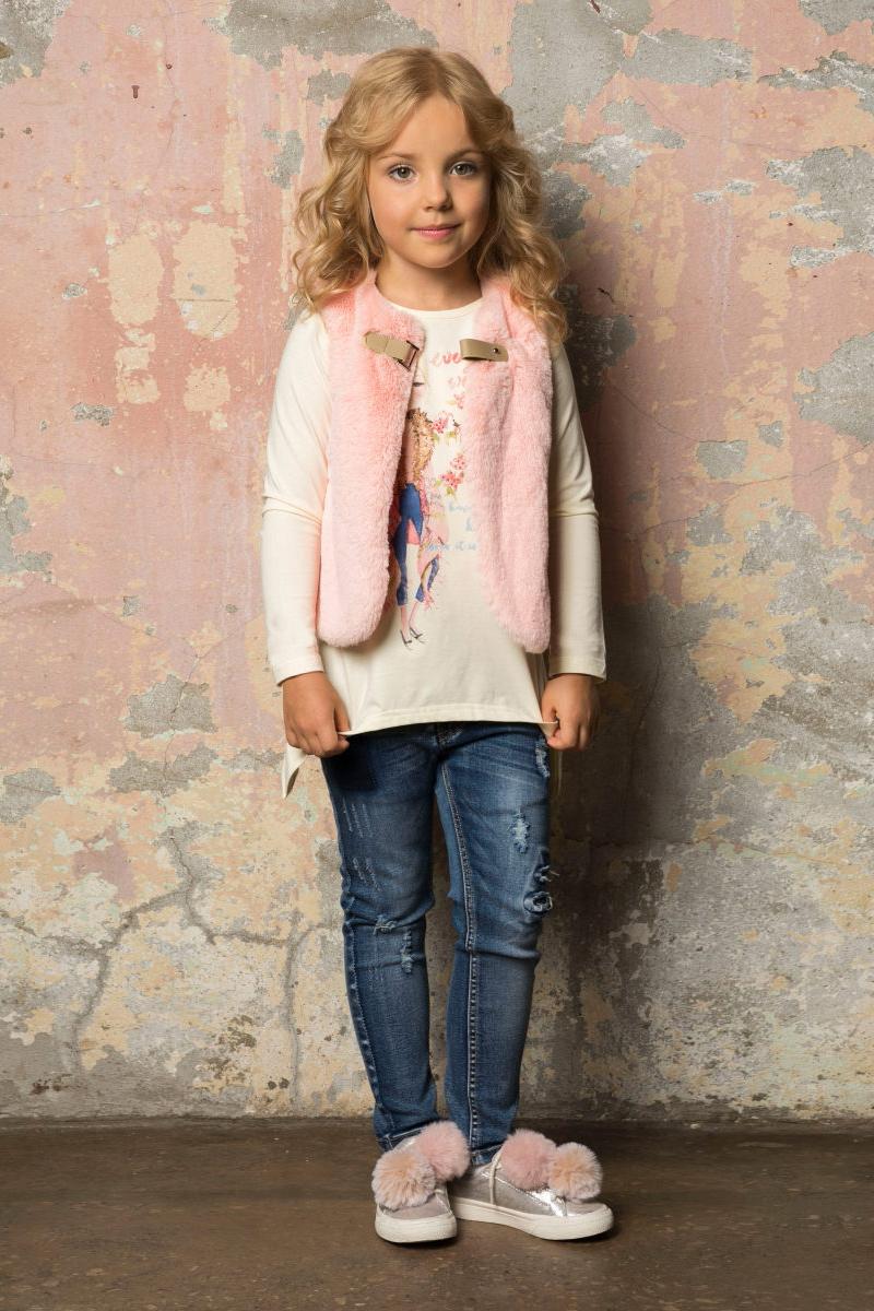 Джинсы для девочки Sweet Berry, цвет: темно-синий. 734147. Размер 116734147Модные джинсовые брюки для девочки, декорированные эффектом рваной джинсы, декоративными заплатками и оригинальной варкой. Зауженный крой, средняя посадка. Застегиваются на молнию и пуговицу. Шлевки на поясе рассчитаны под ремень. В боковой части пояса находятся вшитые эластичные ленты, регулирующие посадку по талии