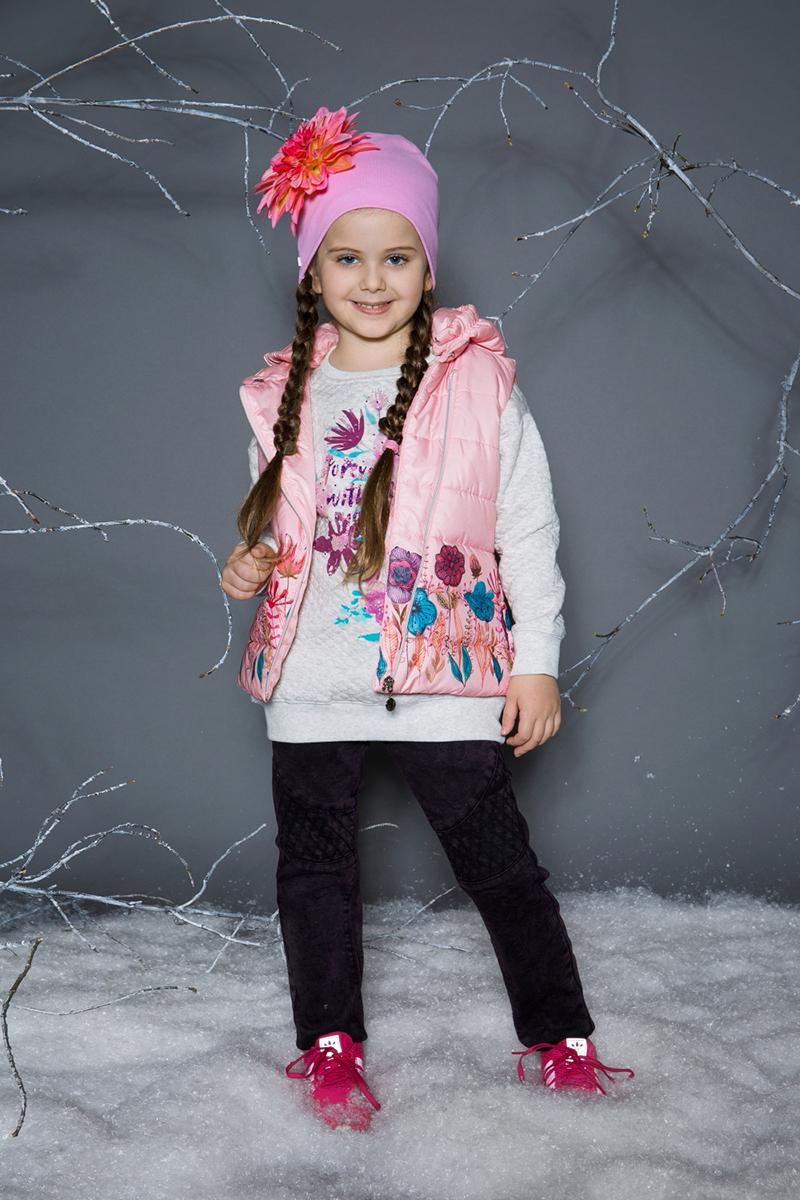 Жилет утепленный для девочки Sweet Berry, цвет: розовый. 734002. Размер 116734002Утепленный стеганый жилет для девочки от Sweet Berry со съемным капюшоном. Подкладка выполнена из искусственного меха. Низ изделия декорирован цветочным принтом. Застегивается на молнию.