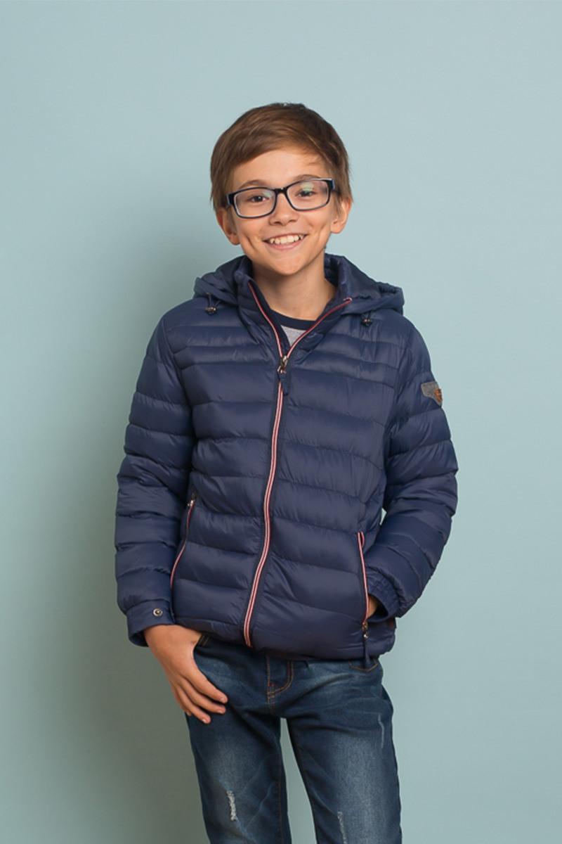 Куртка для мальчика Luminoso, цвет: синий. 737042. Размер 134737042Стеганая куртка для мальчика выполнена из водоотталкивающей и ветрозащитной ткани с утеплителем из синтепона.Модель с несъемным капюшоном застегивается на застежку-молнию с внутренней ветрозащитной планкой. Манжеты дополнены застежками кнопками. Спереди куртка дополнена двумя прорезными кармашками на застежках-молниях.