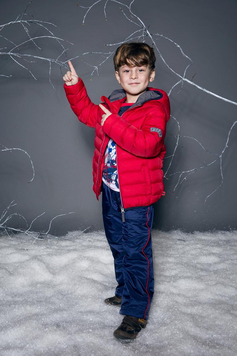 Куртка для мальчика Sweet Berry, цвет: красный. 733000. Размер 110733000Яркая стеганая куртка с несъемным капюшоном для мальчика. У модели капюшон, рукава и низ изделия оформлены контрастной окантовочной резинкой. Куртка застегивается на молнию. Два прорезных кармана.
