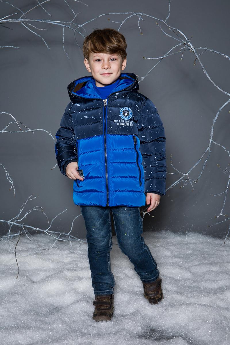 Куртка для мальчика Sweet Berry, цвет: темно-синий. 733023. Размер 116733023Утепленная стеганная куртка для мальчика выполнена из двух контрастных цветов. Несъемный капюшон декорирован солнцезащитными очками. Два прорезных кармана застегивающиеся на молнию. Рукава с мягкими трикотажными манжетами. Меховой подклад. Куртка застегивается на молнию.