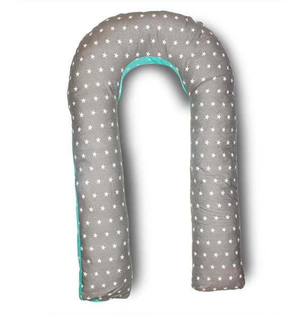 Body Pillow Подушка для беременных U-образная с наполнителем холлофайбер двухстороняя с белыми звездами на сером и мятном фонеU90х150 холо комби зв сер-мятПодушка для беременных в форме U – самая популярная и самая большая подушка, которая помогает будущей маме комфортно устроиться во время дневного и ночного отдыха. Она равномерно поддерживает спинку и растущий животик, и при переворачивании на другую сторону подушку не нужно перетаскивать за собой, она обнимает тело со всех сторон.