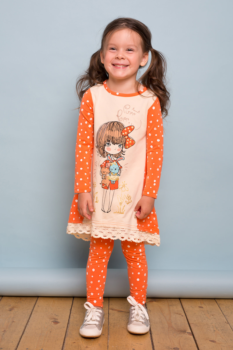 Платье для девочки Sweet Berry Baby, цвет: оранжевый. 732068. Размер 98732068Яркое платье для девочки Sweet Berry Babyвыполнено из трикотажного полотна с удлиненной спинкой. Модель декорирована модным принтом и кружевом по низу изделия. Застегивается платье на пуговку на спинке.
