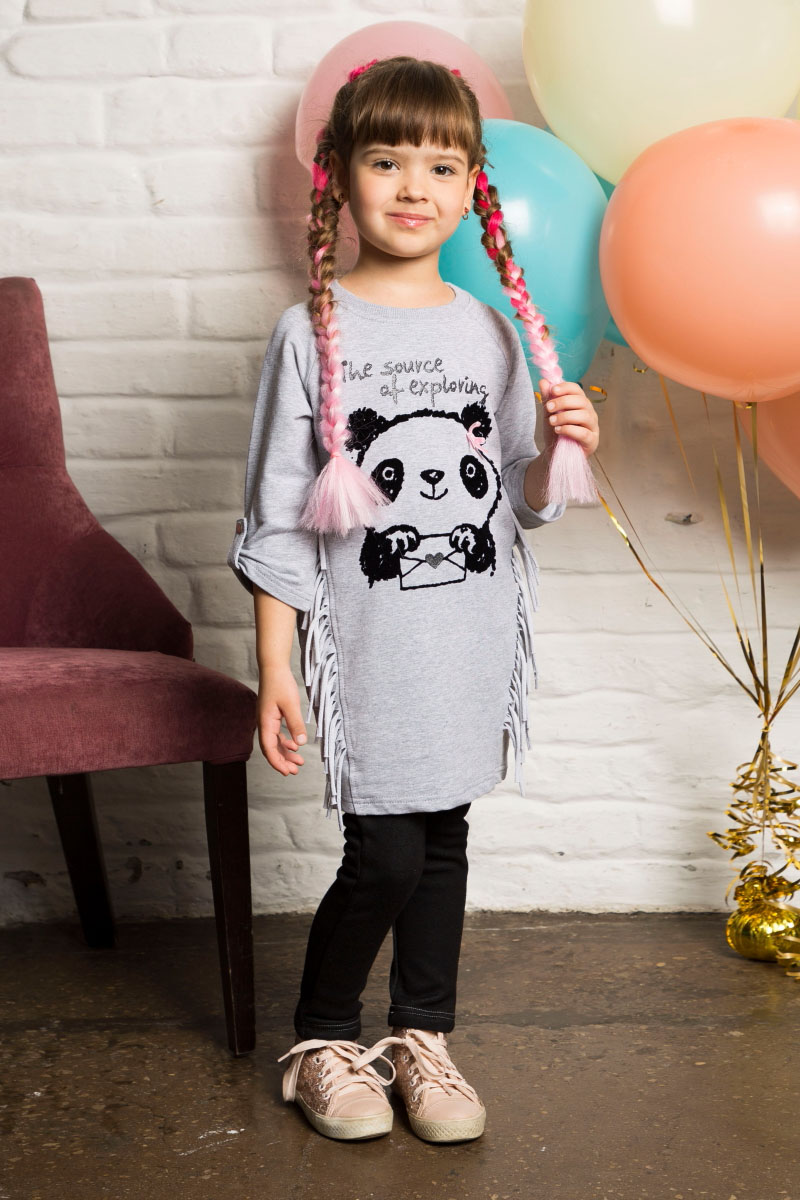 Платье для девочки Sweet Berry, цвет: серый. 734044. Размер 128734044Удлиненное трикотажное платье от Sweet Berry свободного кроя с рукавами 3/4. Модель декорирована милым принтом и бахромой. Округлый вырез горловины.