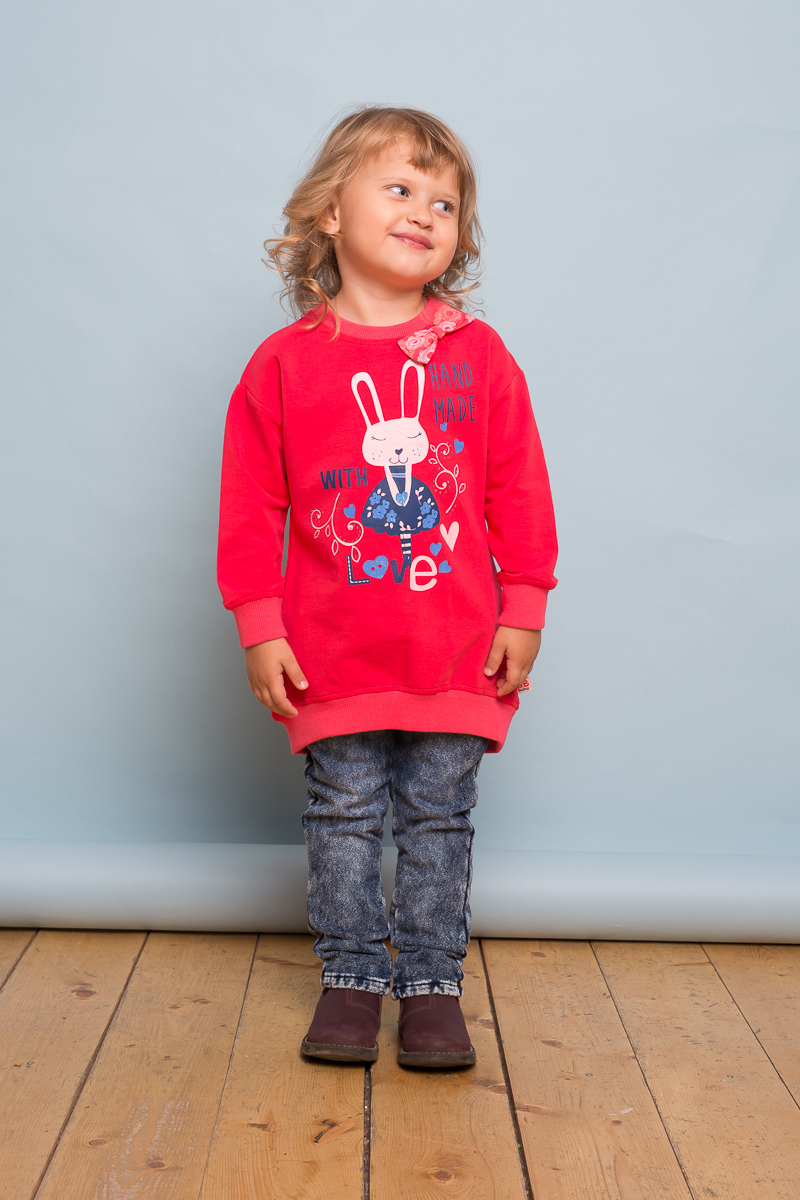Толстовка для девочки Sweet Berry Baby, цвет: коралловый. 732130. Размер 80732130Удлиненная толстовка из мягкого трикотажного полотна для девочки с удлинённой спинкой ярко-кораллового цвета декорированная ярким принтом и бантиком в тон изделию.