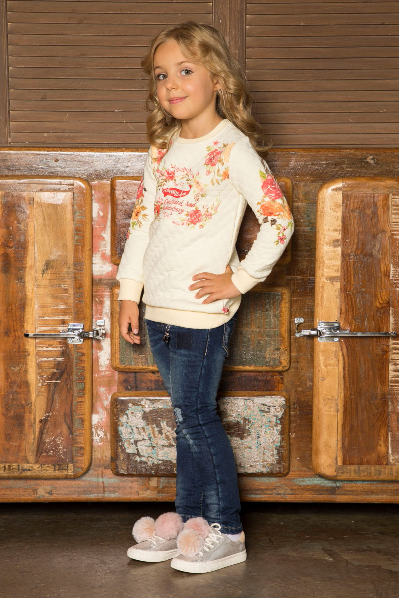 Свитшот для девочки Sweet Berry, цвет: молочный. 734143. Размер 110734143Удлиненный свитшот для девочки от Sweet Berry выполнен из печатного трикотажного полотна с цветочным принтом. Округлый вырез горловины, длинный рукав.