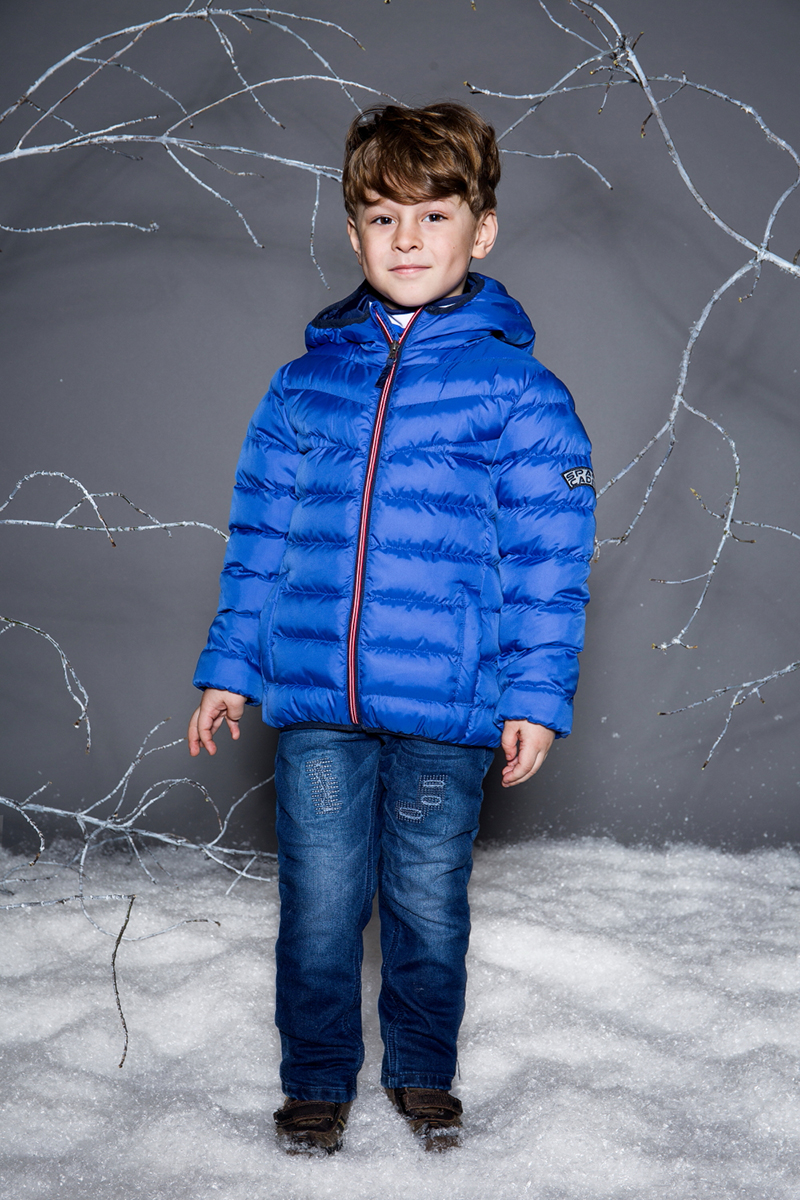 Куртка для мальчика Sweet Berry, цвет: синий. 733001. Размер 128733001Яркая стеганая куртка с несъемным капюшоном для мальчика. Два прорезных кармана. Капюшон, рукава и низ изделия с контрастной окантовочной резинкой. Куртка застегивается на молнию.