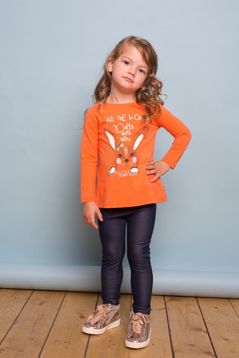 Футболка с длинным рукавом для девочки Sweet Berry Baby, цвет: оранжевый. 732063. Размер 86732063Яркая трикотажная футболка с длинным рукавом из мягкого хлопкового полотна декорированная анималистическим принтом и плиссировкой на спинке изделия. Округлый вырез горловины, застегивается на пуговку на спинке.
