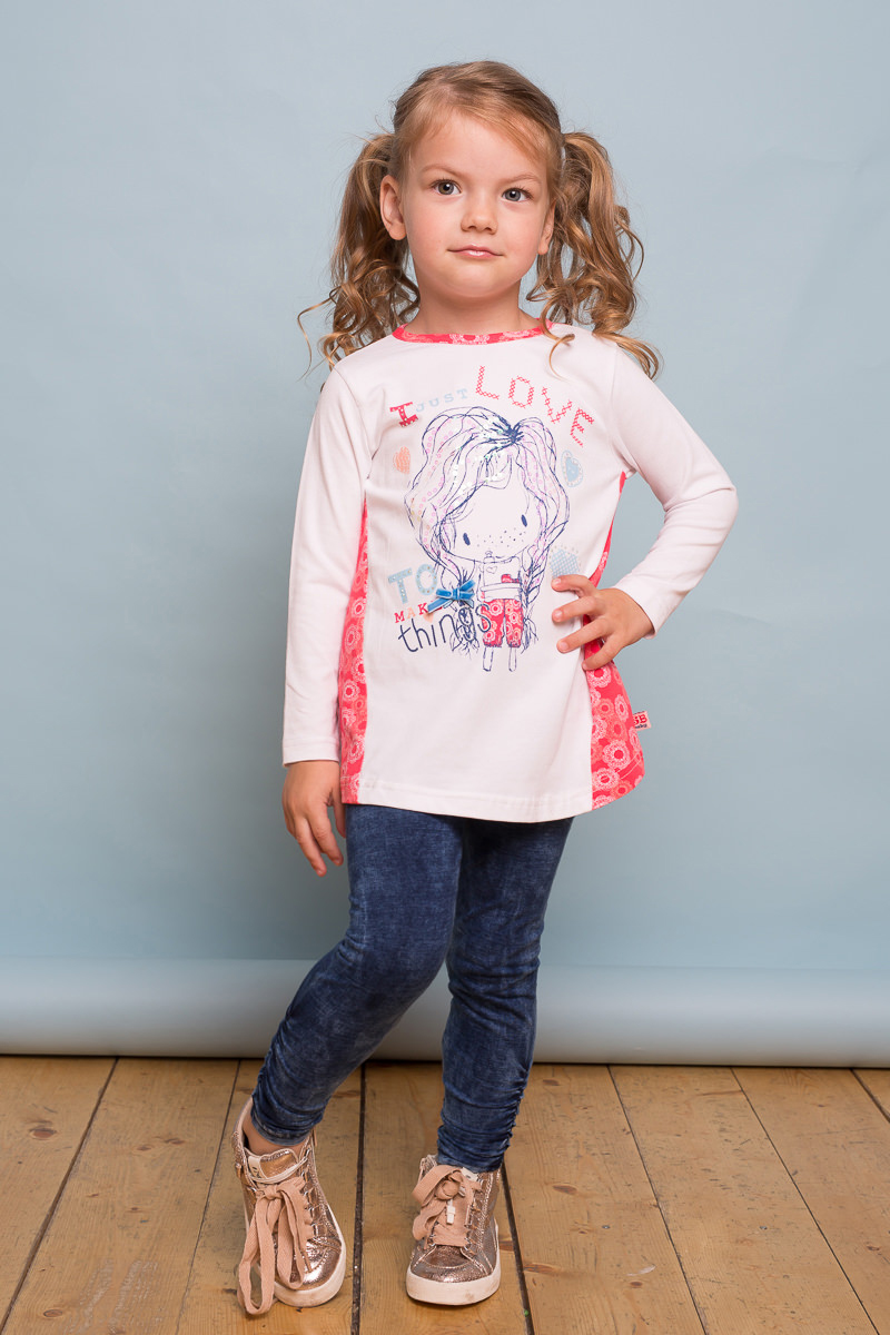 Футболка с длинным рукавом для девочки Sweet Berry Baby, цвет: молочный, коралловый. 732126. Размер 92732126Трикотажная футболка Sweet Berry Baby с длинным рукавом выполнена из мягкого хлопкового полотна и декорирована принтом и контрастной отделкой по спинке. Модель с круглым вырезом горловины и ассиметричным низом застегивается на пуговку.