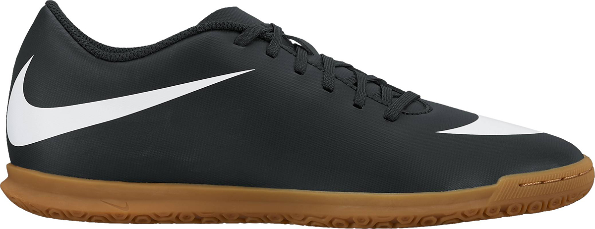 Кроссовки для футзала мужские Nike BravataX II (IC) Indoor, цвет: черный. 844441-001. Размер 10 (43,5)844441-001Мужские футбольные бутсы для игры в зале Nike BravataX II (TF) оптимизируют скорость без ущерба для контроля над мячом. Разнонаправленные шипы помогают быстро развивать скорость, а микрорельеф верха повышает сцепление для большего контроля над мячом. Верх из синтетической кожи для прочности и превосходного касания. Поверхность верха с микротекстурой обеспечивает превосходный контроль мяча на высокой скорости. Асимметричная шнуровка увеличивает площадь контроля над мячом.Контурная стелька обеспечивает низкопрофильную амортизацию, снижая давление от шипов. Прочная резиновая подметка гарантирует отличное сцепление при игре в помещении.