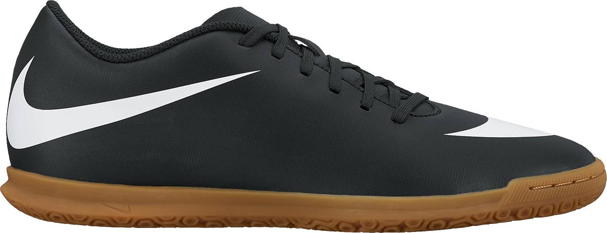 Кроссовки для футзала мужские Nike BravataX II (IC) Indoor, цвет: черный. 844441-001. Размер 10,5 (44)844441-001Мужские футбольные бутсы для игры в зале Nike BravataX II (TF) оптимизируют скорость без ущерба для контроля над мячом. Разнонаправленные шипы помогают быстро развивать скорость, а микрорельеф верха повышает сцепление для большего контроля над мячом. Верх из синтетической кожи для прочности и превосходного касания. Поверхность верха с микротекстурой обеспечивает превосходный контроль мяча на высокой скорости. Асимметричная шнуровка увеличивает площадь контроля над мячом.Контурная стелька обеспечивает низкопрофильную амортизацию, снижая давление от шипов. Прочная резиновая подметка гарантирует отличное сцепление при игре в помещении.