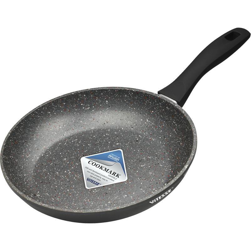Сковорода Vitesse Magicstone, с мраморным покрытием. Диаметр 24 смVS-2541Сковорода Vitesse Magicstone изготовлена из высококачественного кованого алюминия. Внутренние стенки имеют антипригарное мраморное покрытие PFLUONMARBLE. Дно оснащено антидеформационным диском. С внешней стороны сковорода имеет термостойкое покрытие. Прочная ненагревающаяся бакелитовая ручка с покрытиемSoft- Touch обеспечивает удобство при эксплуатации. Сковорода подходит для всех видов плит, включаяиндукционные. Пригодна для мытья в посудомоечноймашине.