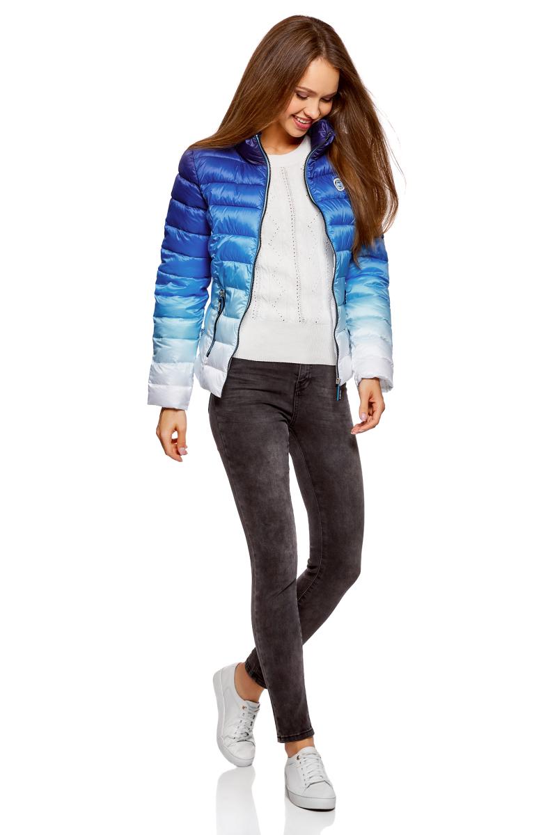Куртка женская oodji Ultra, цвет: синий, белый. 10203070/46708/7510O. Размер 36 (42-170)10203070/46708/7510OСтеганая куртка от oodji с высоким воротом оформлена градиентом. Надежно застегивается на молнию. Утепленная куртка сшита из непромокаемой ткани и будет незаменима в дождливую и ветреную погоду. Высокий воротник прекрасно защищает от ветра и не стесняет движений. По бокам модель дополнена карманами на молниях.