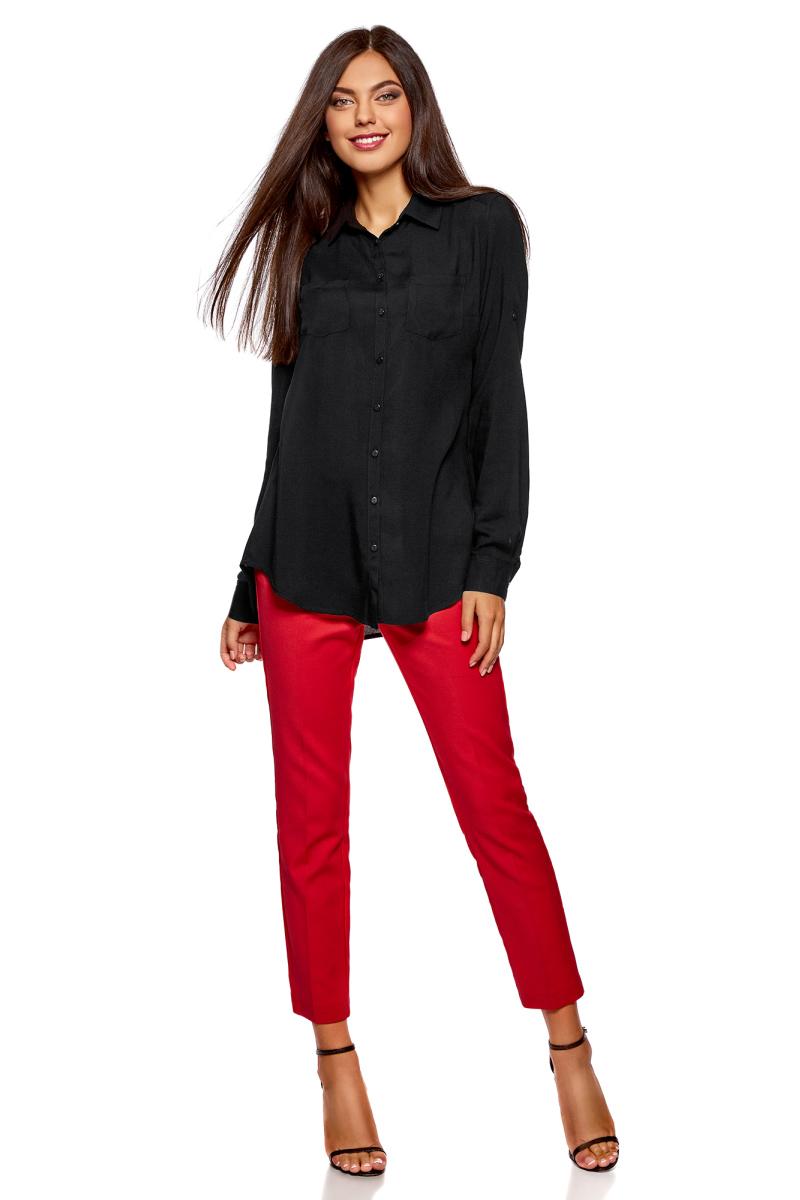 Блузка женская oodji Ultra, цвет: черный. 11400355-3B/26346/2900N. Размер 40 (46-170)11400355-3B/26346/2900NБлузка oodji свободного кроя с нагрудными карманами и регулировкой длины рукава. Классический отложной воротник, спереди застежка на пуговицы, два нагрудных кармана, длинные рукава с манжетами на пуговице. Спинка на кокетке, от которой по центру заложена мягкая складка. Втачной рукав четко обозначают линию плеча. Рукав регулируется по длине и фиксируется пришитой с изнаночной стороны штрипкой. Такая особенность кроя позволяет открыть руки. Фигурный низ зрительно удлиняет силуэт и стройнит фигуру. Модель сшита из приятной на ощупь вискозы, которая мягко струится, дает коже дышать и комфортна в ношении. Блузка прекрасно смотрится на разных фигурах. Элегантная блузка с нагрудными карманами – основа гардероба в классическом стиле. Она идеально сочетается с зауженными брюками, прямыми юбками и стильными сарафанами. Туфли-лодочки, балетки и лоферы на платформе, в сочетании с элегантной сумкой, завершат образ успешной бизнес-леди. В прохладную погоду пиджак, жилет или френч подчеркнут изысканность вашего наряда. Если вам предстоит отправиться на важную встречу образ можно дополнить шелковым шарфом и поясом. Такие детали добавят наряду изящества и подчеркнут ваши достоинства. В этой блузке вы почувствуете себя на высоте в любой обстановке.