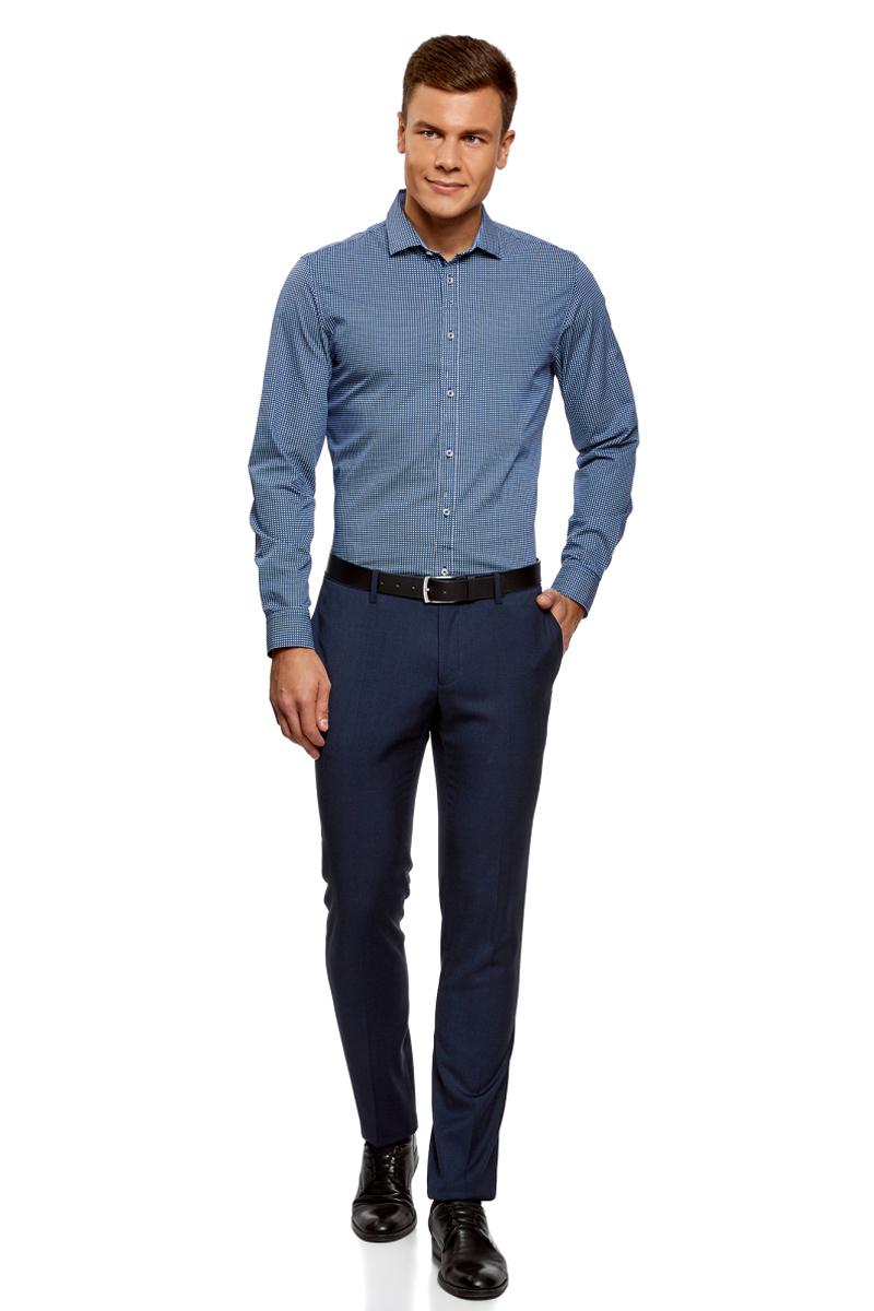 Рубашка мужская oodji Lab, цвет: белый, темно-синий, графика. 3L110260M/19370N/1079G. Размер 41 (50-182)3L110260M/19370N/1079GСтильная рубашка oodji Lab с длинным рукавом выполнена из натурального хлопка с графическим принтом. Классический отложной воротничок с острыми углами, манжеты с пуговицами, застежка на пуговицы спереди по всей длине. У рубашки слега приталенный силуэт, ее можно носить заправленной или навыпуск. В такой рубашке комфортно в течение всего дня. Элегантная рубашка станет основой для делового гардероба. Она хорошо сочетается с прямыми и зауженными брюками. Для создания строгого образа рубашку можно дополнить классическим или спортивным пиджаком, или же в качестве второго слоя выбрать трикотажный кардиган. С этой рубашкой вы можете создать разные деловые луки. Они всегда будут отвечать строгому дресс-коду. Из обуви предпочтение рекомендуется отдавать классическим моделям туфель.