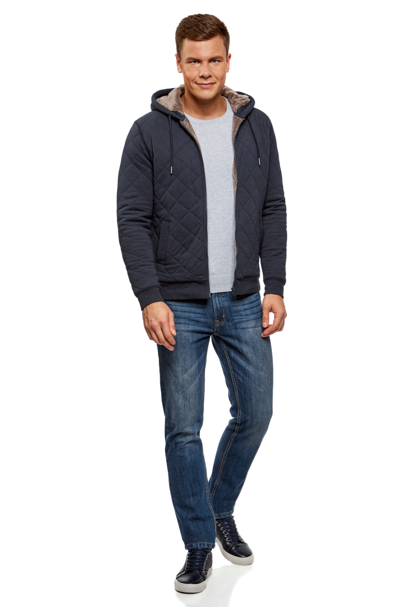Куртка мужская oodji Lab, цвет: темно-синий, темно-бежевый. 5L911026M/39950N/7935B. Размер XS (44)5L911026M/39950N/7935BСтеганая куртка от oodji средней длины с капюшоном из хлопка. Застежка на молнию. Капюшон утеплен флисовой подкладкой и затягивается шнурком на кулиске. По бокам – прорезные карманы. Низ куртки и манжеты оформлены плотной резинкой, которая надежно защищает от ветра. Хлопковый трикотаж мягок и невероятно удобен. Этот дышащий материал идеально подходит для ежедневного ношения. Куртка прекрасно смотрится в сочетании с любой повседневной и спортивной одеждой. Ее можно надеть с прямыми или зауженными брюками, чиносами или джинсами, спортивными брюками, дополнив образ джемпером, рубашкой, свитшотом или футболкой. Эта трикотажная куртка покорит вас своей практичностью и комфортом и будет востребована вами в прохладную погоду.