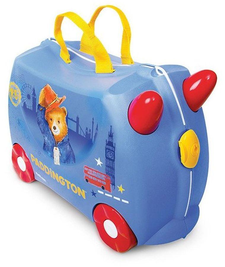Trunki Чемодан детский Медвежонок Паддингтон0317-GB01Чемодан на колесиках Trunki Медвежонок Паддингтон - новая эксклюзивная модель, выпущенная компанией Trunki к премьере популярного фильма Приключения Паддингтона 2.Медвежонок Паддингтон в синем пальто и красной шляпе стал официальным символом Лондона. Маленьким поклонникам популярного фильма понравится новый стильный чемоданчик с изображением мишки и достопримечательностей Лондона.Чемоданы Trunki изготовлены из прочного и легкого пластика, что позволяет не только брать их с собой в путешествие, но даже кататься на них! Чемодан выполнен в синем цвете, а яркие красные колеса и желтые ручки делают чемодан более веселым и заметным. У чемоданчика есть забавные ручки в виде рожек, для того, чтобы ребенок мог держаться за них во время катания.Также в комплект с чемоданом входит удобная, прочная и длинная ручка из текстиля, которая позволяет родителям возить чемодан за собой и катать ребенка.Несмотря на забавный внешний вид, чемодан очень прочен и функционален. Вместительная конструкция весит меньше 2 кг. Выемка в верхней части корпуса служит анатомическим сиденьем, и мало какой ребенок откажется от удовольствия прокатиться на таком необычном транспорте.Чемоданы Trunki были созданы в Англии для того, чтобы малыши не скучали во время путешествий. Удобный вместительный чемодан можно заполнить необходимыми вещами, книгами и, конечно же, любимыми игрушками. Теперь при ожидании регистрации или рейса вашему ребенку точно не будет скучно!