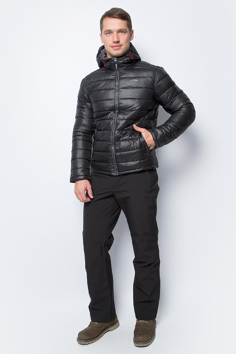 Куртка мужская Li-Ning, цвет: черный. 883351831AV_990. Размер M (50)883351831AV_990Утепленная куртка спортивного стиля выполнена из полиэстера. Модель с несъемным капюшоном застегивается на молнию, спереди дополнена двумя прорезными карманами.