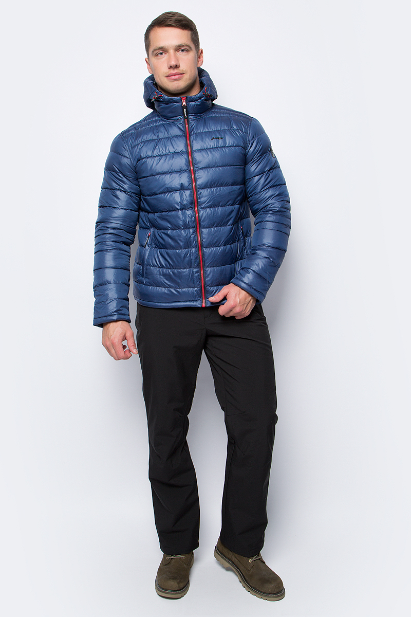 Куртка мужская Li-Ning, цвет: синий. 883351831AV_363. Размер S (48)883351831AV_363Утепленная куртка спортивного стиля выполнена из полиэстера. Модель с несъемным капюшоном застегивается на молнию, спереди дополнена двумя прорезными карманами.