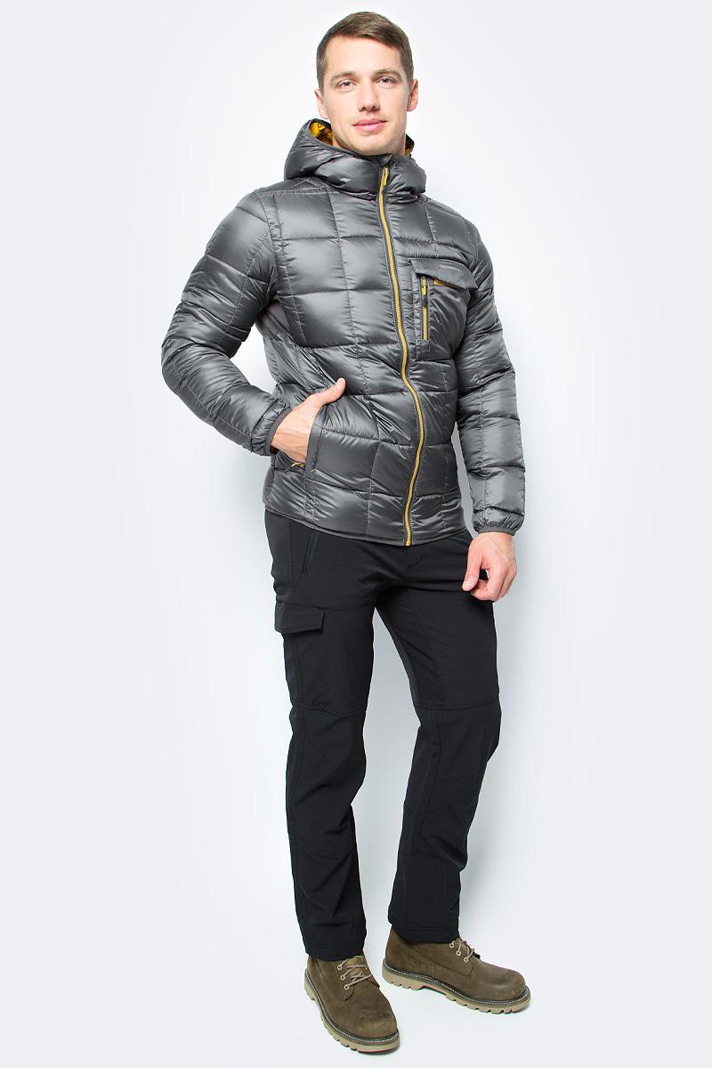Пуховик мужской Merrell Epirus, цвет: темно-серый. A18AMRJAM01-93. Размер 50A18AMRJAM01-93Удобная мужская куртка Merrell Epirus подойдет для походов и активного отдыха на свежем воздухе. Модель прямого кроя с капюшоном и воротником-стойкой, надежно защищающими от продувания, изготовлена из высококачественного материала Утеплитель, состоящий на 90% из пуха и 10% из пера, превосходно греет. Куртка застегивается на молнию с внутренней ветрозащитной планкой и дополнена четырьмя карманами. Эластичные вставки под рукавами обеспечивают удобную посадку и свободу движений. Светоотражающие детали позволят стать заметнее в темное время суток.Рекомендуемый температурный режим для данной модели до -10°С, исходя из расчета на среднюю физическую активность - ходьбу 4 км/ч.Куртку можно упаковать в чехол.