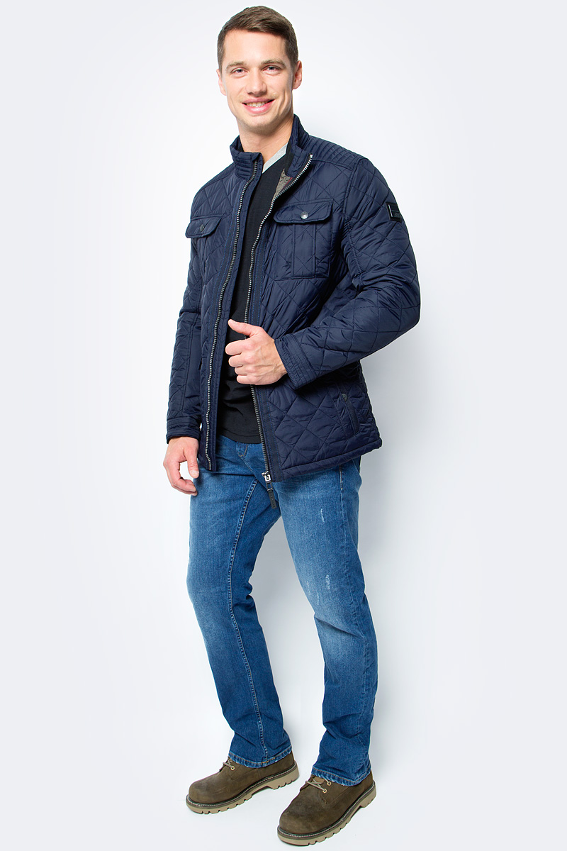 Куртка муж Tom Tailor, цвет: синий. 3533470.00.10_6800. Размер M (48)3533470.00.10_6800Мужская куртка Tom Tailor выполнена из высококачественного материала. В качестве подкладки и утеплителя используется полиэстер. Модель с воротником-стойкой застегивается на застежку-молнию. Спереди расположено множество карманов.