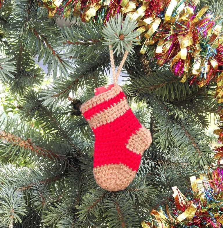 """Волшебный """"Новогодний носочек"""" от Хочуна – уникальный подарок ручной работы к Новому году для ваших близких, коллег и друзей.  Носочек поможет в исполнении ваших заветных новогодних желаний, а кроме того, может подсказать Деду Морозу (в каком бы обличии он ни был), какой подарок вы мечтаете найти под елкой в новогоднюю ночь!  В комплекте с носочком идет записка с волшебной куклой Хочун """"Дед Мороз"""". Чтобы разбудить его волшебные силы, нужно:  1. Записать на записке ваше новогоднее желание или подарок, о котором вы мечтаете, и """"открыть"""" (нарисовать) Хочуну один глаз.  2. Повесить носочек на елку, чтобы Дед Мороз смог узнать, о чем вы мечтаете, а вы, каждый раз глядя на носочек, вспоминали о своей мечте и настраивались на позитив. 3. Когда мечта исполнится, """"откройте"""" Хочуну второй глазик, чтобы он все увидел и порадовался вместе с вами."""