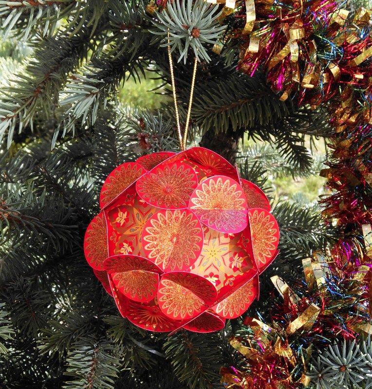 Шар для принятия решений Хочун, цвет: красный, диаметр 8 см4366Волшебный шар желаний от Хочуна. Этот шар поможет вам сконцентрировать энергию ваших желаний на целый год! Поэтому дарить его можно и на Новый Год, и на День Рождения. Как он работает? В комплекте вы найдете 12 граней шара. 1. Выберите время, чтобы вас никто не отвлекал и сконцентрируйтесь на том, какие мечты, цели вы хотели бы осуществить в предстоящем году. Думайте обо всех сферах своей жизни. Запишите на каждой из 12 граней свои мечты и цели и откройте (нарисуйте) Хочунам по одному глазику 2. Соберите волшебный шар в соответствии с инструкцией. Теперь внутри вашего шара сконцентрирована вся энергия вашей мечты и ваших целей! 3. Повесьте ваш шар желаний на елку (если это Новый год) или в другое видное место, если это День рождения. Теперь каждый раз, глядя на него, вы будете вспоминать о ваших мечтах и целях и настраиваться на позитив! 4. Через год откройте ваш шар и убедитесь, что чудеса в нашей жизни случаются! И теперь закрасьте второй глазик Хочунам, которые помогли в исполнении ваших желаний и достижении целей!