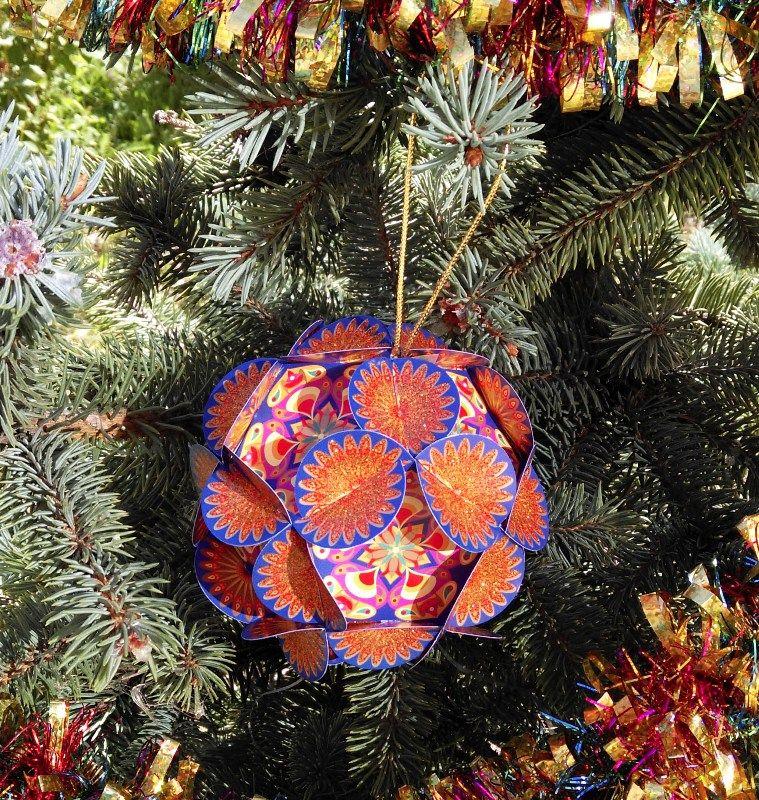 Шар для исполнения желаний Хочун, цвет: синий, диаметр 8 см4368Волшебный шар желаний от компании Хочун. Этот шар поможет вам сконцентрировать энергию ваших желаний на целый год! Поэтому дарить его можно и на Новый Год, и на День Рождения. Как он работает? В комплекте вы найдете 12 граней шара. 1. Выберите время, чтобы вас никто не отвлекал и сконцентрируйтесь на том, какие мечты, цели вы хотели бы осуществить в предстоящем году. Думайте обо всех сферах своей жизни. Запишите на каждой из 12 граней свои мечты и цели и откройте (нарисуйте) Хочунам по одному глазику. 2. Соберите волшебный шар в соответствии с инструкцией. Теперь внутри вашего шара сконцентрирована вся энергия вашей мечты и ваших целей! 3. Повесьте ваш шар желаний на елку (если это Новый год) или в другое видное место, если это День рождения. Теперь каждый раз, глядя на него, вы будете вспоминать о ваших мечтах и целях и настраиваться на позитив! 4. Через год откройте ваш шар и убедитесь, что чудеса в нашей жизни случаются! И теперь закрасьте второй глазик Хочунам, которые помогли в исполнении ваших желаний и достижении целей!