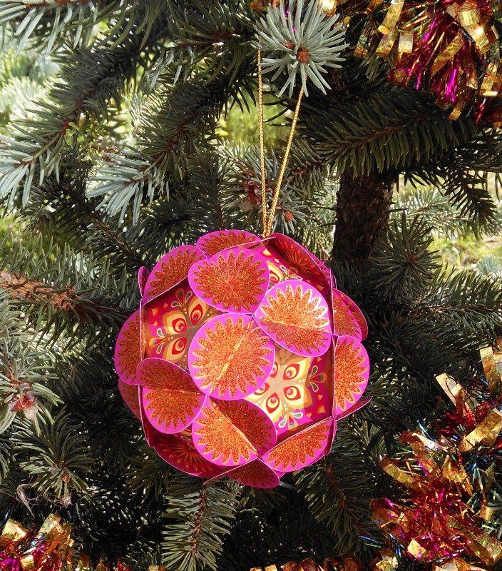 Шар для исполнения желаний Хочун, цвет: фиолетовый, диаметр 8 см4371Волшебный шар желаний от Хочуна. Этот шар поможет вам сконцентрировать энергию ваших желаний на целый год! Поэтому дарить его можно и на Новый Год, и на День Рождения. Как он работает? В комплекте вы найдете 12 граней шара. 1. Выберите время, чтобы вас никто не отвлекал и сконцентрируйтесь на том, какие мечты, цели вы хотели бы осуществить в предстоящем году. Думайте обо всех сферах своей жизни. Запишите на каждой из 12 граней свои мечты и цели и откройте (нарисуйте) Хочунам по одному глазику 2. Соберите волшебный шар в соответствии с инструкцией. Теперь внутри вашего шара сконцентрирована вся энергия вашей мечты и ваших целей! 3. Повесьте ваш шар желаний на елку (если это Новый год) или в другое видное место, если это День рождения. Теперь каждый раз, глядя на него, вы будете вспоминать о ваших мечтах и целях и настраиваться на позитив! 4. Через год откройте ваш шар и убедитесь, что чудеса в нашей жизни случаются! И теперь закрасьте второй глазик Хочунам, которые помогли в исполнении ваших желаний и достижении целей!