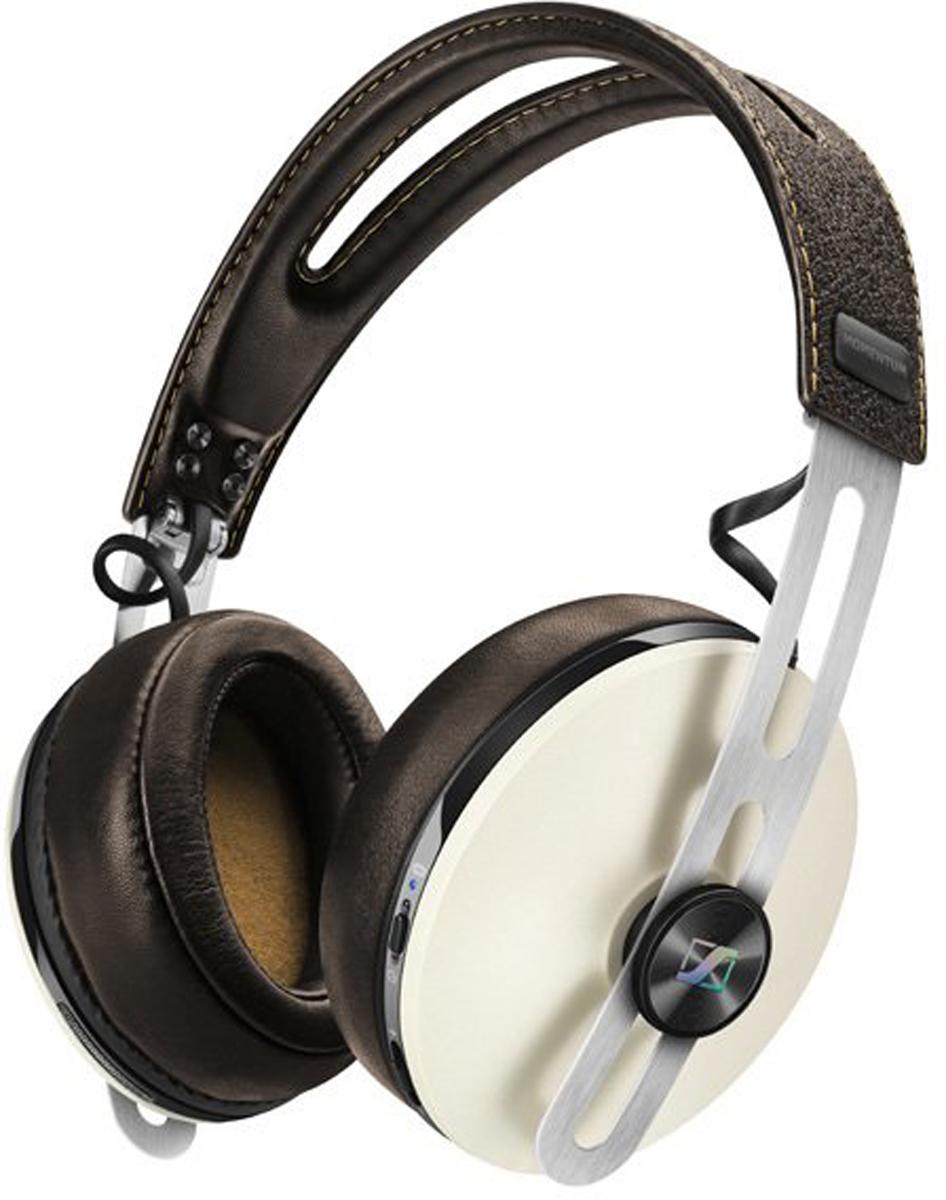 Sennheiser Momentum M2 AEBT, Ivory наушникиM2 AEBT IvoryНаушники Sennheiser Momentum Wireless M2 AEBT отличаются повышенным комфортом и складной конструкцией.В наушниках используются амбушюры новой, ассиметричной конструкции из роскошной мягкой кожи. Новые 18-омные преобразователи Sennheiser гарантируют полное, детальное звучание и широкую звуковую картину.Гибридная технология активного шумоподавления NoiseGard в схеме которой, в общей сложности задействованы 4 микрофона отвечает за снижение уровня окружающего шума, а функция VoiceMax, в работе которой используется 2 микрофона отвечает за разборчивость речи.Режим мульти-соединения позволяет работать с двумя устройствами одновременно (сохраняется в памяти до 8 устройств). Прочная складная конструкция для удобства хранения и транспортировки.