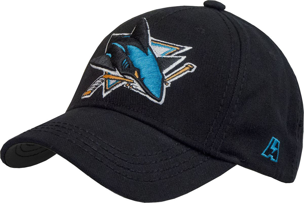 Бейсболка Atributika & Club San Jose Sharks, цвет: черный. 29086. Размер 55/5829086Бейсболка выполнена из высококачественного материала. Модель дополнена широким твердым козырьком и оформлена объемной вышивкой.