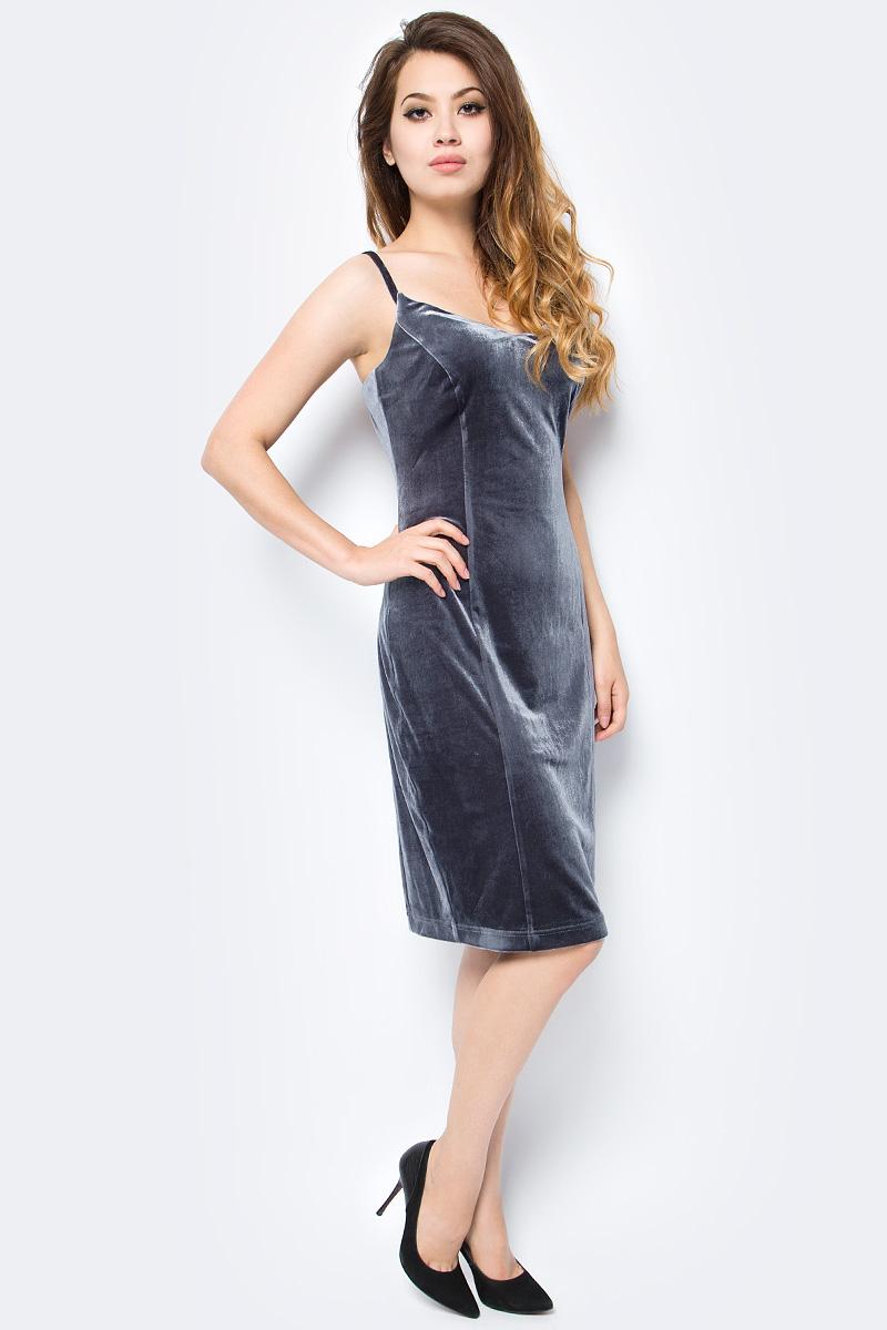 Платье женское La Via Estelar, цвет: серый. 10205. Размер 4210205Элегантное платье La Via Estelar выполнено из бархатистого материала. Модель на тонких бретельках длиной до колена подчеркнет все достоинства вашей фигуры. Облегающий крой и фактурный материал позволят вам создать незабываемый образ и быть в центре внимания!
