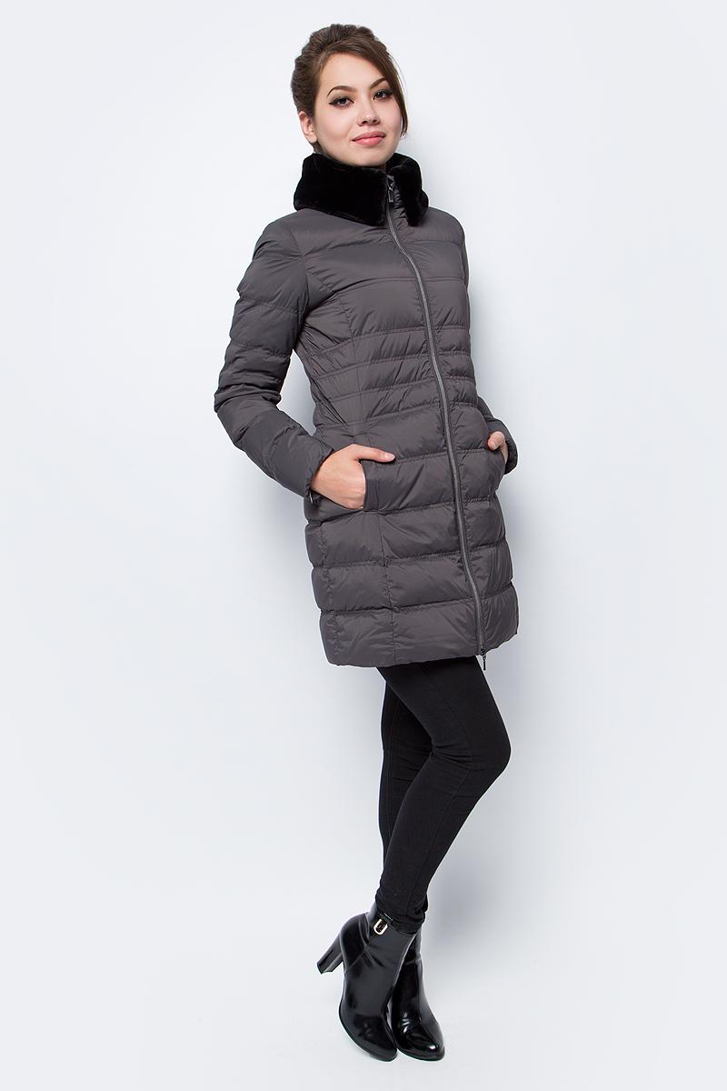 Пуховик женский Geox, цвет: темно-серый. W7425RT2335F1069. Размер 42 (44)W7425RT2335F1069Укороченное женское пальто-пуховик Geox изготовлено из эластичного полиамида с водоотталкивающей обработкой. Обладает исключительной воздухопроницаемостью благодаря технологии Geox Breathing System. Наполнение в составе 90% пуха и 10% пера обеспечивает высокую степень комфорта и придает пуховику исключительную мягкость. Облегающий воротник. Приталенный силуэт.