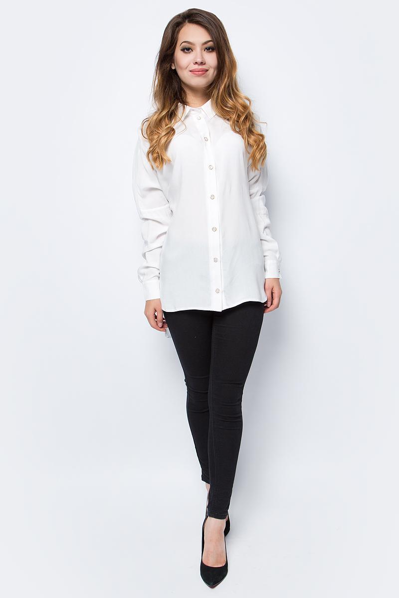 Блузка женская La Via Estelar, цвет: белый. 33948. Размер 5033948Лаконичная блузка La Via Estelar выполнена из хлопка с добавлением вискозы. Модель с отложным воротником, длинными рукавами и удлиненной спинкой. Спереди изделие застегивается на пуговицы. Манжеты рукавов также дополнены пуговицами. Такая блузка займет достойное место в вашем гардеробе.