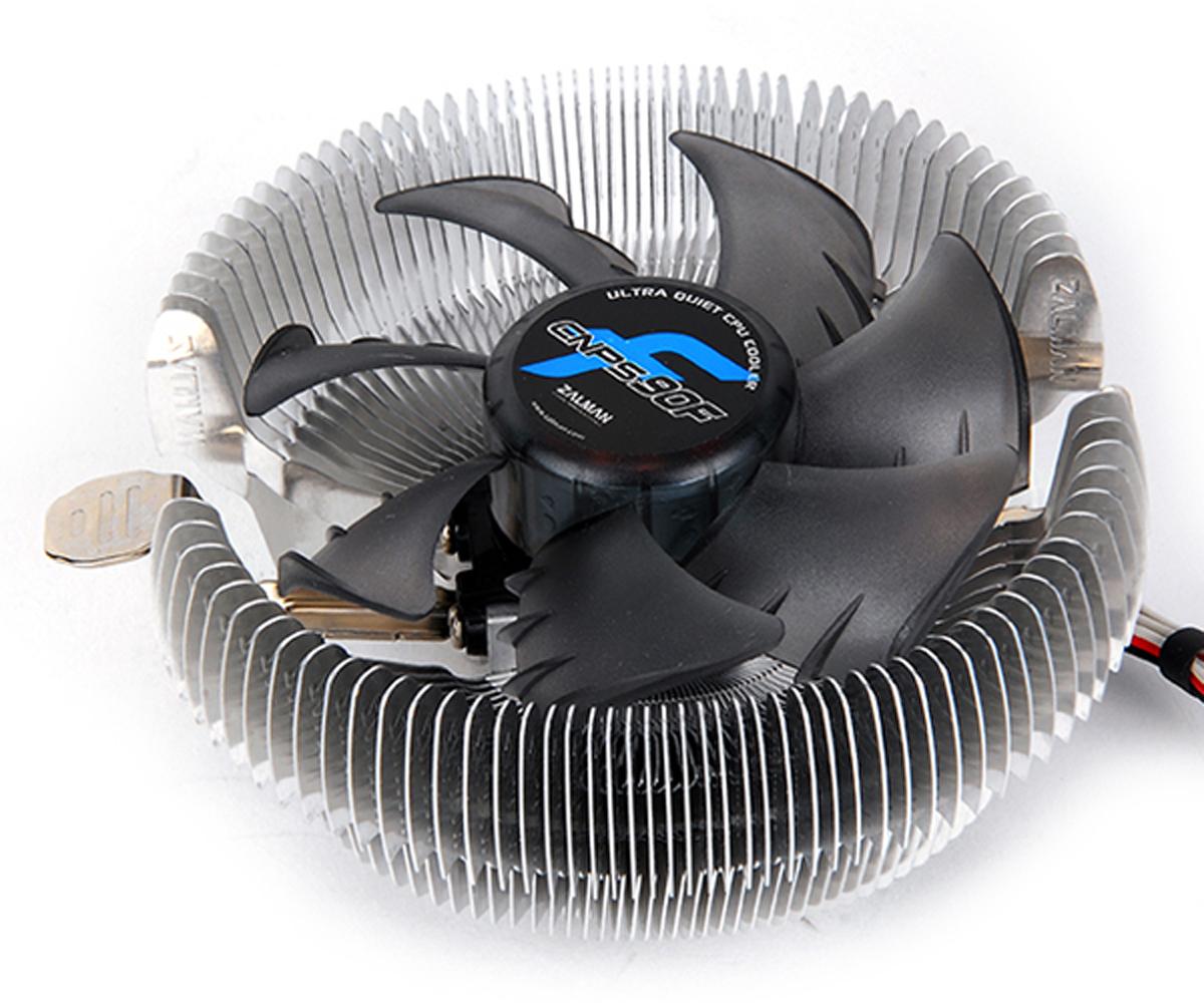 Zalman CNPS90F кулер компьютерныйCNPS90FКулер Zalman CNPS90F для процессора имеет широкую совместимость со множеством CPU и прост в установке. Ребра радиатора в форме пропеллера увеличивают поток воздуха и уменьшают уровень шума. Благодаря прямому направлению потока холодного воздуха от вентилятора на материнскую плату охлаждается не только процессор, но и компоненты системы вокруг него.Одной из передовых систем приводов, используемых в кулере, является FSB (жидкостная защита привода). Она используется для защиты основных узлов от пыли, а 92-мм вентилятор с системой минимизации шума гарантирует высокую производительность системы охлаждения.