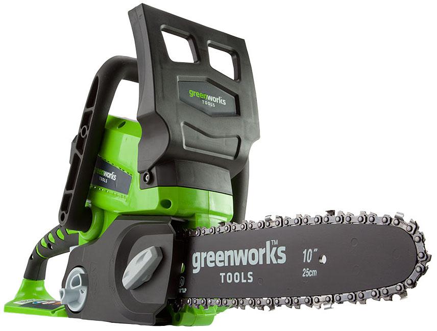 """Цепная пила аккумуляторная """"Greenworks"""" имеет компактный размер, малый вес и отлично подойдет для выполнения несложных бытовых задач. С ее помощью можно легко распилить строительные материалы, небольшие деревья и заготовить дрова. Для безопасной работы пила оснащена предохранителем и щитком для защиты рук.   Особенности:  - Автосмазка шины и цепи.  - Безинструментальное натяжение цепи.  - Защита от перегрева.  - Защита от перегрузок.  - Аккумуляторная система 24В G24.  - Длина шины 25 см.  - Шина и цепь Oregon.  - Автосмазка шины и цепи.  - Безинструментальное натяжение цепи.  - Шаг цепи 9,5 мм.  - Работает с аккумуляторами Greenworks G24 (арт. 2902707, 2902807) и зарядным устройством G24С (арт. 2903607).  - Вес изделия без аккумулятора: 3,9 кг.  - Комплект с аккумулятором 2 А.ч и зарядным устройством."""