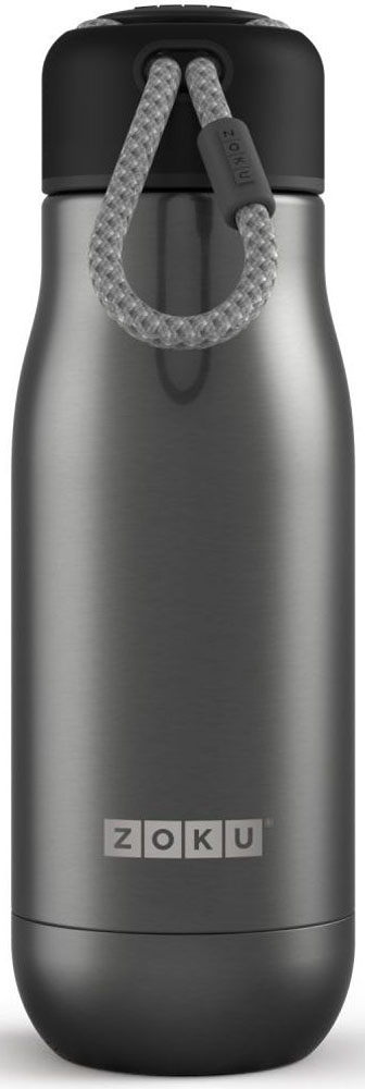 Термос Zoku Hydration, цвет: серый, 350 млZK141-GMДвойные вакуумные стенкиВакуум и толстые стенки из нержавеющей стали поддерживают температуру горячих напитков до 10, а холодных – до 30 часов, поэтому любимые напитки всегда будут доступны в течение дня. При этом бутылку можно спокойно держать в руках без риска обжечься. Гигиеничное горлышкоУзкое горлышко создано специально для питья, вам не потребуются дополнительные стаканы или емкости. Гладкая полированная поверхность легко очищается за считанные секунды и не накапливает на себе бактерии и грязь благодаря тому, что резьба для крышки спрятана внутри. Даже если вы находитесь на активном отдыхе или занимаетесь спортом, ваша бутылка всегда остается чистой и гигиеничной.Паракорд для переноскиШнур на крышке бутылки называется «паракордом» и позволяет вам брать её с собой, куда бы вы ни направлялись: держите её в руках, несите за ремешок или же прикрепите к снаряжению. Шнур легко вынимается при необходимости, просто потяните защитную крышку вверх. Нержавеющая сталь Высокое качество нержавеющей стали 18/8 делает термобутылку особенно прочной: она устойчива к коррозии, не разрушается и не впитывает запахи. Бутылка будет служить долго и не потребует замены деталей. Используемая сталь полностью пригодна для пищевых продуктов, не содержит фталатов и бисфенола-А. Открывается одним движениемЧтобы закрутить или открутить крышку, достаточно всего одного оборота, что очень удобно, если вы на ходу или за рулем. Крышка с силиконовой вставкой полностью герметична, поэтому бутылку можно смело убрать в рюкзак, чемодан или сумку, не боясь, что ее содержимое прольется.Стильный дизайнПривлекательный внешний вид, яркие цвета и качественные материалы делают эту термобутылку идеальным компаньоном для активных и следящих за своим здоровьем людей. Она подчеркнет ваш имидж и добавит ему ярких акцентов. Берите её с собой на прогулки, в спортзал и в любое путешествие, не боясь, что ваши напитки его не выдержат.Объем термобутылки – 350 мл. Моется