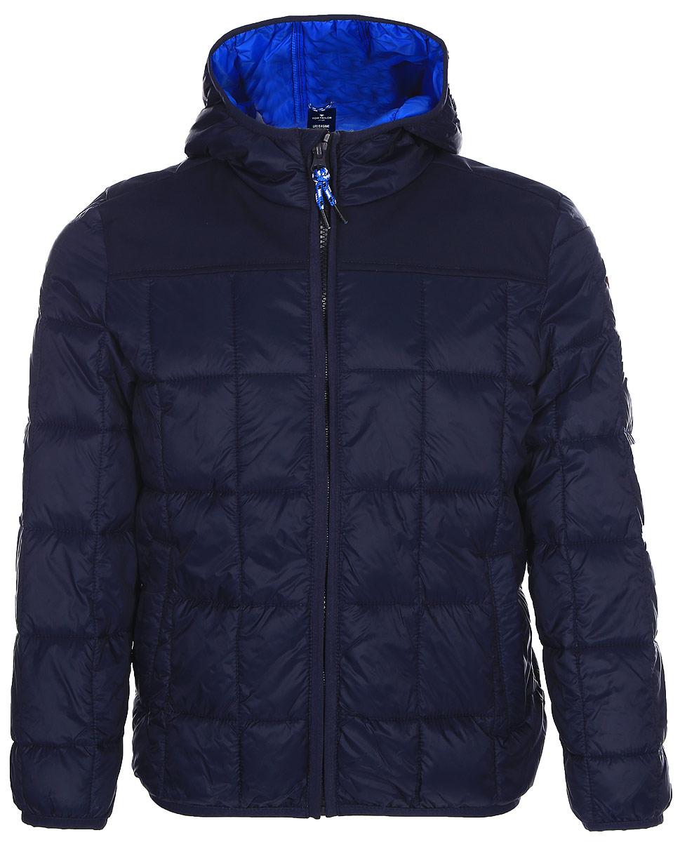 Куртка для мальчика Tom Tailor, цвет: синий. 3533395.00.82_6593. Размер 92/983533395.00.82_6593Стильная куртка для мальчика Tom Tailor изготовлена из полиамида. Подкладка выполнена из полиэстера. В качестве утеплителя используется синтепон. Куртка с капюшоном застегивается на застежку-молнию и дополнительно имеет защиту подбородка и внутреннюю ветрозащитную планку. Изделие дополнено спереди двумя прорезными карманами на застежках-молниях. Низ модели и рукава дополнены эластичной резинкой.