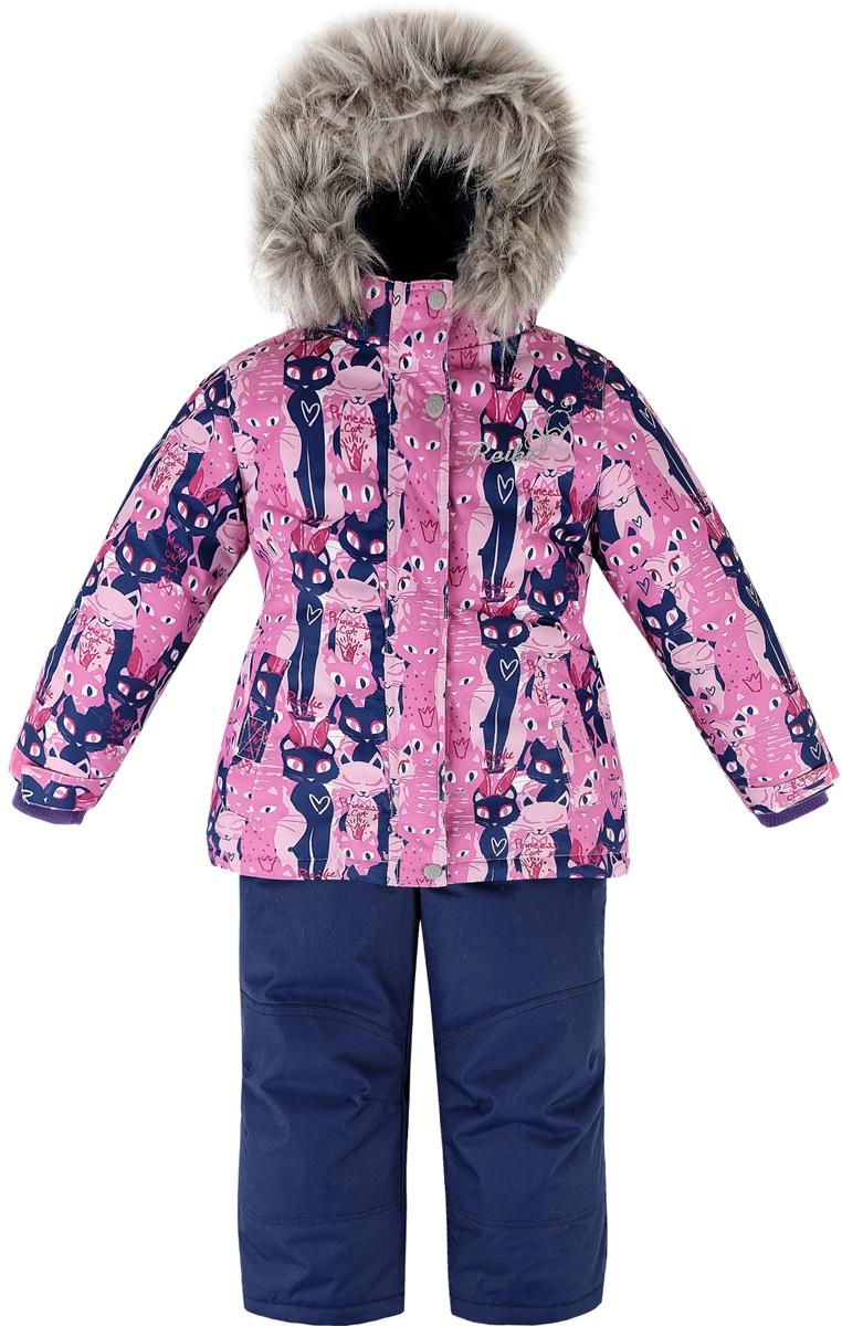 Комплект для девочки Reike Кошечки: куртка, полукомбинезон, цвет: розовый, темно-синий. 39700115_PRC pink/navy. Размер 12839700115_PRC pink/navyКомплект для девочки Reike Кошечки состоит из куртки, декорированной красочным принтом с изображением кошечек, и однотонных брюк на лямках. Комплект выполнен из ветрозащитной, водонепроницаемой и дышащей мембранной ткани на подкладке из микрофлиса и принтованного полиэстера. Куртка приталенного силуэта дополнена съемным регулирующимся капюшоном с отстегивающейся меховой опушкой и двумя карманами на липучках, сзади на талии резинка. На груди декорирована серебристой вышивкой Reike. Ветрозащитная планка на кнопках и липучках вдоль молнии не допустит проникновения холодного воздуха. Рукава на утяжке оформлены эластичными трикотажными манжетами. Завышенная талия брюк и регулируемые съемные подтяжки гарантируют удобную посадку по фигуре. Низ усилен защитой от истирания. Брюки оснащены двумя боковыми карманами на молнии и съемными штрипками. Комплект имеет множество светоотражающих деталей, снегозащитные вставки на куртке и брюках.Базовый уровень.Коэффициент воздухопроницаемости комбинезона: 2000гр/м2/24ч.Водоотталкивающее покрытие: 2000 мм.