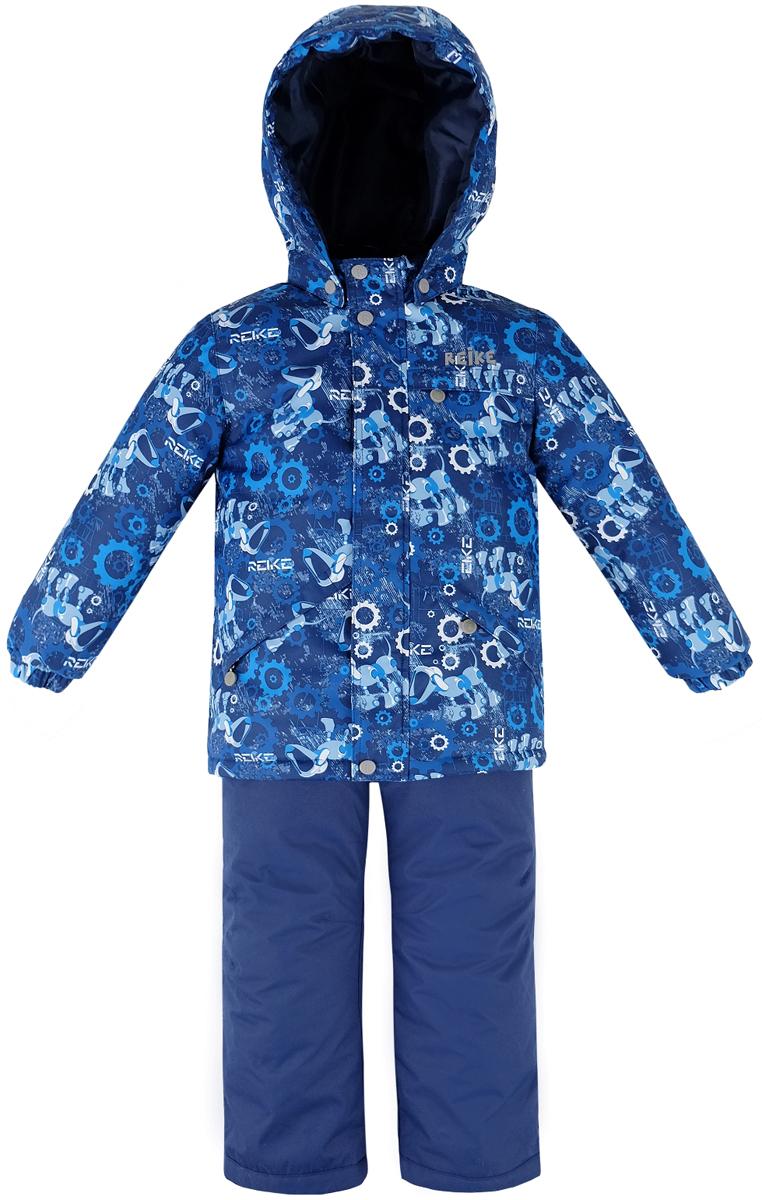 Комплект для мальчика Reike Собака-робот: куртка, полукомбинезон, цвет: темно-синий. 39600220_RDG navy. Размер 9839600220_RDG navyКомплект для мальчика Reike Собака-робот состоит из куртки, декорированной оригинальным принтом с изображением собаки-робота, и однотонных брюк на лямках. Комплект выполнен из ветрозащитной, водонепроницаемой и дышащей мембранной ткани на подкладке из микрофлиса (спинка, грудь куртки) и принтованного полиэстера. Куртка дополнена съемным капюшоном с козырьком и тремя карманами на молнии. Манжеты на резинке и ветрозащитная планка на кнопках и липучках вдоль молнии не допустят проникновения холодного воздуха. Завышенная талия брюк и регулируемые съемные подтяжки гарантируют удобную посадку по фигуре. Низ усилен защитой от истирания. Брюки оснащены двумя боковыми карманами на молнии, а также съемными штрипками. Комплект имеет множество светоотражающих деталей, снегозащитные вставки на куртке и брюках.Базовый уровень.Коэффициент воздухопроницаемости комбинезона: 2000гр/м2/24ч.Водоотталкивающее покрытие: 2000 мм.