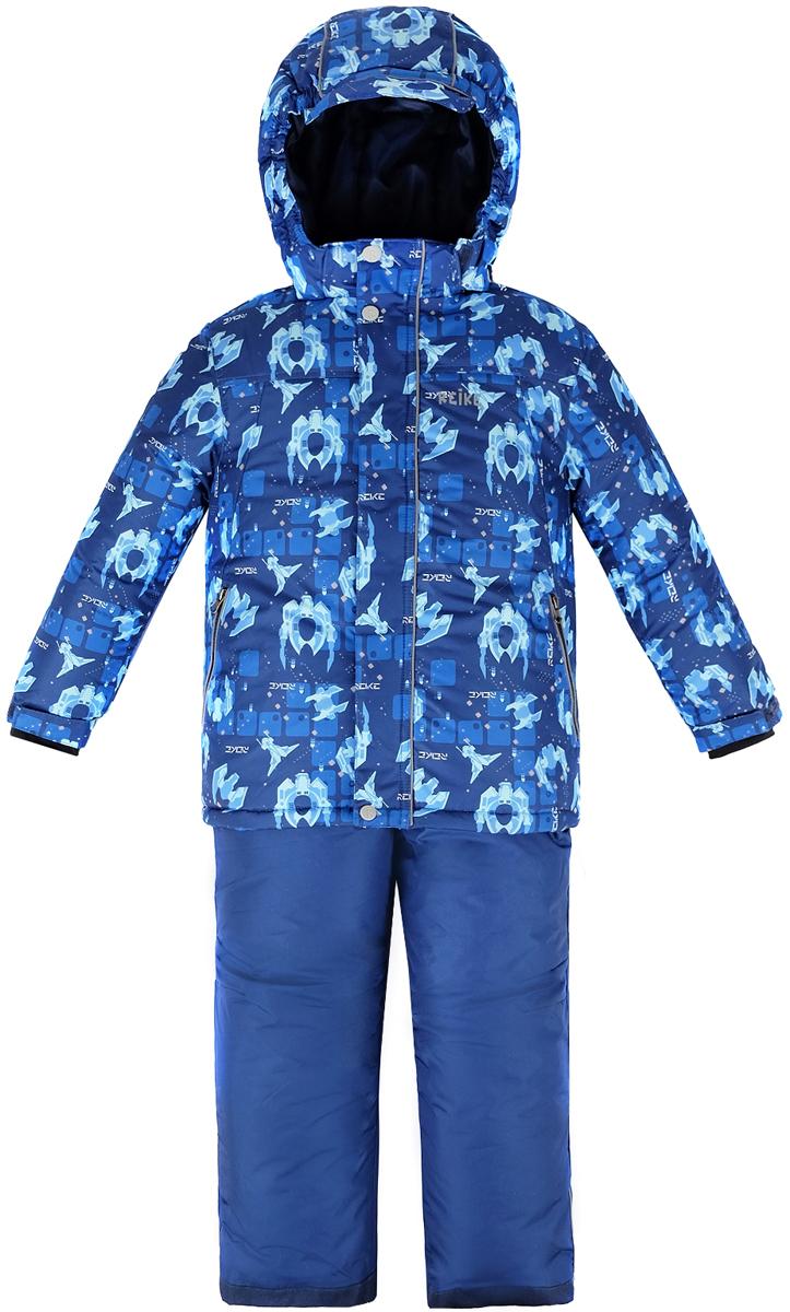 Комплект для мальчика Reike Галактика: куртка, полукомбинезон, цвет: темно-синий. 39830335_GLX navy. Размер 11639830335_GLX navyКомплект для мальчика Reike Галактика состоит из куртки, декорированной оригинальным космическим принтом, и брюк на лямках. Комплект выполнен из ветрозащитной, водонепроницаемой и дышащей мембранной ткани на подкладке из микрофлиса и принтованного полиэстера. Куртка дополнена съемным регулирующимся капюшоном с козырьком и двумя карманами на молнии. Рукава на утяжке оформлены манжетами из полиэстера с отверстием для большого пальца. Ветрозащитная планка на кнопках и липучках вдоль молнии не допустит проникновения холодного воздуха. Завышенная талия брюк и регулируемые съемные подтяжки гарантируют комфортную посадку по фигуре. Низ усилен защитой от истирания. Брюки оснащены двумя боковыми карманами на молнии, а также съемными штрипками. Комплект имеет множество светоотражающих деталей, снегозащитные вставки на куртке и брюках. Базовый уровень. Коэффициент воздухопроницаемости куртки: 2000гр/м2/24 ч. Водоотталкивающее покрытие: 2000 мм.