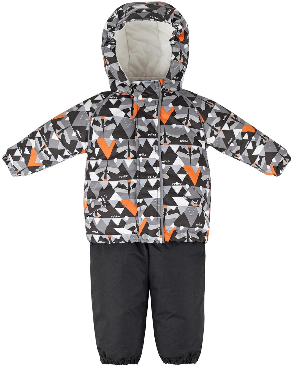 Комплект для мальчика Reike Енот: куртка, полукомбинезон, цвет: серый. 39430116_RCN grey. Размер 8639430116_RCN greyКомплект Reike Енот, состоящий из куртки с ярким комбинированным принтом и однотонного полукомбинезона, обеспечивает комфорт и качественную защиту ребенка в зимние месяцы. Комплект выполнен из ветрозащитной и водонепроницаемой дышащей ткани с мембраной на хлопковом подкладе с комфортными велюровыми вставками в верхней части полукомбинезона, а также на воротнике и эластичных манжетах куртки. Куртка дополнена съемным регулирующимся капюшоном с козырьком, двумя карманами с клапанами и множеством безопасных светоотражающих деталей. Резинка внизу куртки, а также ветрозащитные планки на кнопках и липучках вдоль молнии, не допускают проникновения холодного воздуха. Эластичная талия полукомбинезона и регулируемые подтяжки гарантируют удобную посадку по фигуре, а длинная молния впереди облегчает процесс одевания. Полукомбинезон оснащен светоотражателем в виде логотипа Reike, боковым карманом на молнии и съемными штрипками.Базовый уровень.Коэффициент воздухопроницаемости комбинезона: 2000гр/м2/24ч.Водоотталкивающее покрытие: 2000 мм.