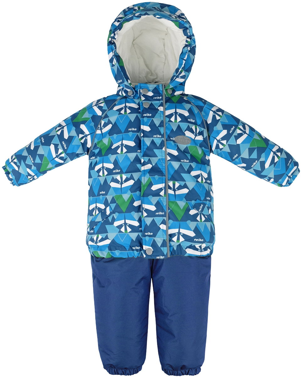 Комплект для мальчика Reike Енот: куртка, полукомбинезон, цвет: синий. 39430115_RCN blue. Размер 9839430115_RCN blueКомплект Reike Енот, состоящий из куртки с ярким комбинированным принтом и однотонного полукомбинезона, обеспечивает комфорт и качественную защиту ребенка в зимние месяцы. Комплект выполнен из ветрозащитной и водонепроницаемой дышащей ткани с мембраной на хлопковом подкладе с комфортными велюровыми вставками в верхней части полукомбинезона, а также на воротнике и эластичных манжетах куртки. Куртка дополнена съемным регулирующимся капюшоном с козырьком, двумя карманами с клапанами и множеством безопасных светоотражающих деталей. Резинка внизу куртки, а также ветрозащитные планки на кнопках и липучках вдоль молнии, не допускают проникновения холодного воздуха. Эластичная талия полукомбинезона и регулируемые подтяжки гарантируют удобную посадку по фигуре, а длинная молния впереди облегчает процесс одевания. Полукомбинезон оснащен светоотражателем в виде логотипа Reike, боковым карманом на молнии и съемными штрипками.Базовый уровень.Коэффициент воздухопроницаемости комбинезона: 2000гр/м2/24ч.Водоотталкивающее покрытие: 2000 мм.