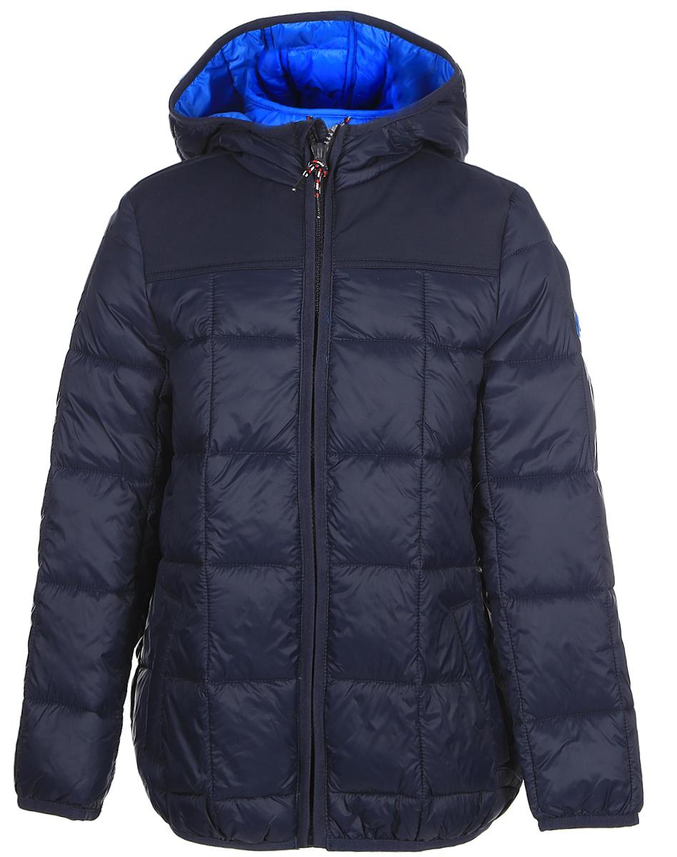 Куртка для мальчиков Tom Tailor, цвет: синий. 3533393.00.30_6593. Размер 1403533393.00.30_6593Стильная куртка для мальчика Tom Tailor изготовлена из полиамида. Подкладка выполнена из полиэстера. В качестве утеплителя используется синтепон. Куртка с капюшоном застегивается на застежку- молнию и дополнительно имеет защиту подбородка и внутреннюю ветрозащитную планку. Изделие дополнено спереди двумя прорезными карманами на застежках-молниях. Низ модели и рукава дополнены эластичной резинкой.