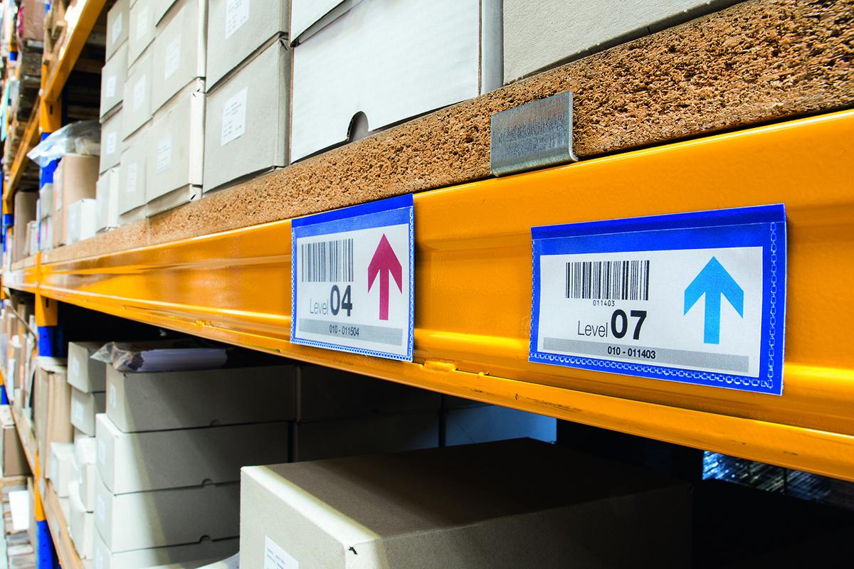 Карман для документов с двумя магнитными полосами на задней стороне. Фиксируется на металлической поверхности. Отличное решение для складских стеллажей, металлических контейнеров и т.д. Карман выполнен из высококачественного износостойкого полипропилена. Тыльная сторона голубого цвета. Копирование документа не вынимая из кармана. Легкая замена вкладыша.Внутренние размеры: 150 x 67 мм (Ш x В)Внешние размеры: 163 x 83 мм (Ш x В)Упаковка: 50 штук