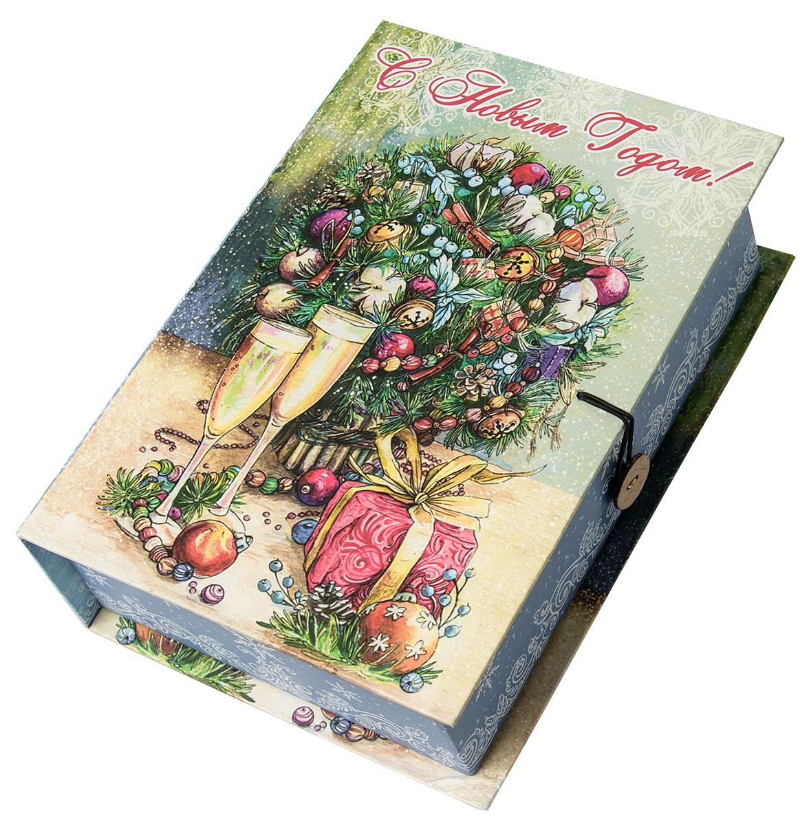 Коробка подарочная Magic Time Шампанское у елки, размер S. 7503475034Подарочная коробка Magic Time, выполненная из мелованного, ламинированного картона, закрывается на пуговицу. Крышка оформлена декоративным рисунком. Подарочная коробка - это наилучшее решение, если вы хотите порадовать ваших близких и создать праздничное настроение, ведь подарок, преподнесенный в оригинальной упаковке, всегда будет самым эффектным и запоминающимся. Окружите близких людей вниманием и заботой, вручив презент в нарядном, праздничном оформлении.Плотность картона: 1100 г/м2.
