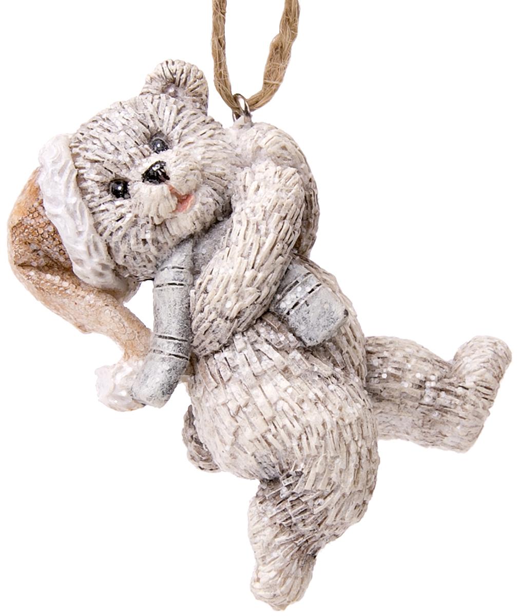 Украшение новогоднее подвесное Magic Time Веселый медвежонок76064Новогоднее подвесное украшение Веселый медвежонок выполнено из полирезина.