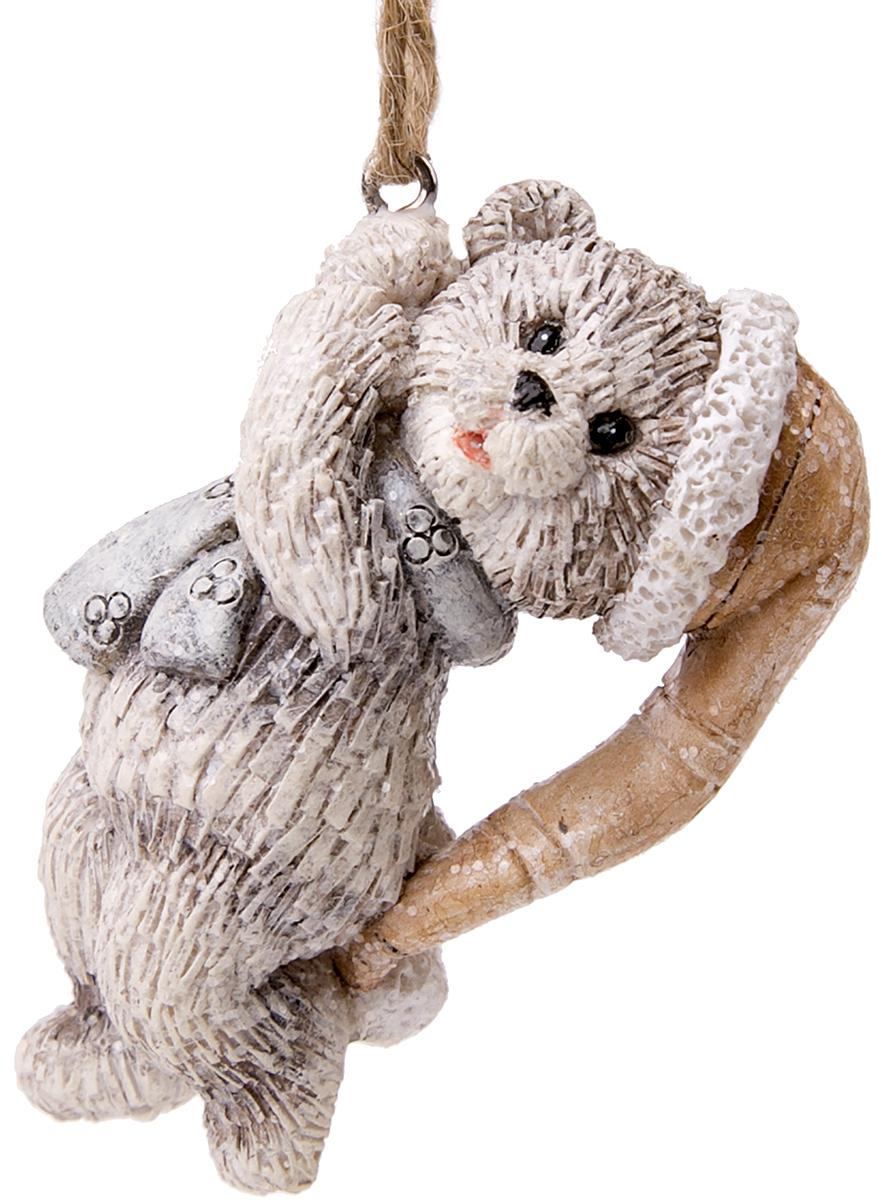 Украшение новогоднее подвесное Magic Time Счастливый медвежонок. 7513875138Оригинальное новогоднее украшение Magic Time выполнено из полирезины в виде медвежонка. Спомощью специальной петельки украшениеможно повесить в любом понравившемся вам месте. Но,конечно же, удачнее всего такая игрушка будетсмотреться на праздничной елке.Новогодние украшения приносят в дом волшебство иощущение праздника. Создайте в своем доме атмосферувеселья и радости, украшая всей семьей новогоднююелку нарядными игрушками, которые будут из года в годнакапливать теплоту воспоминаний.