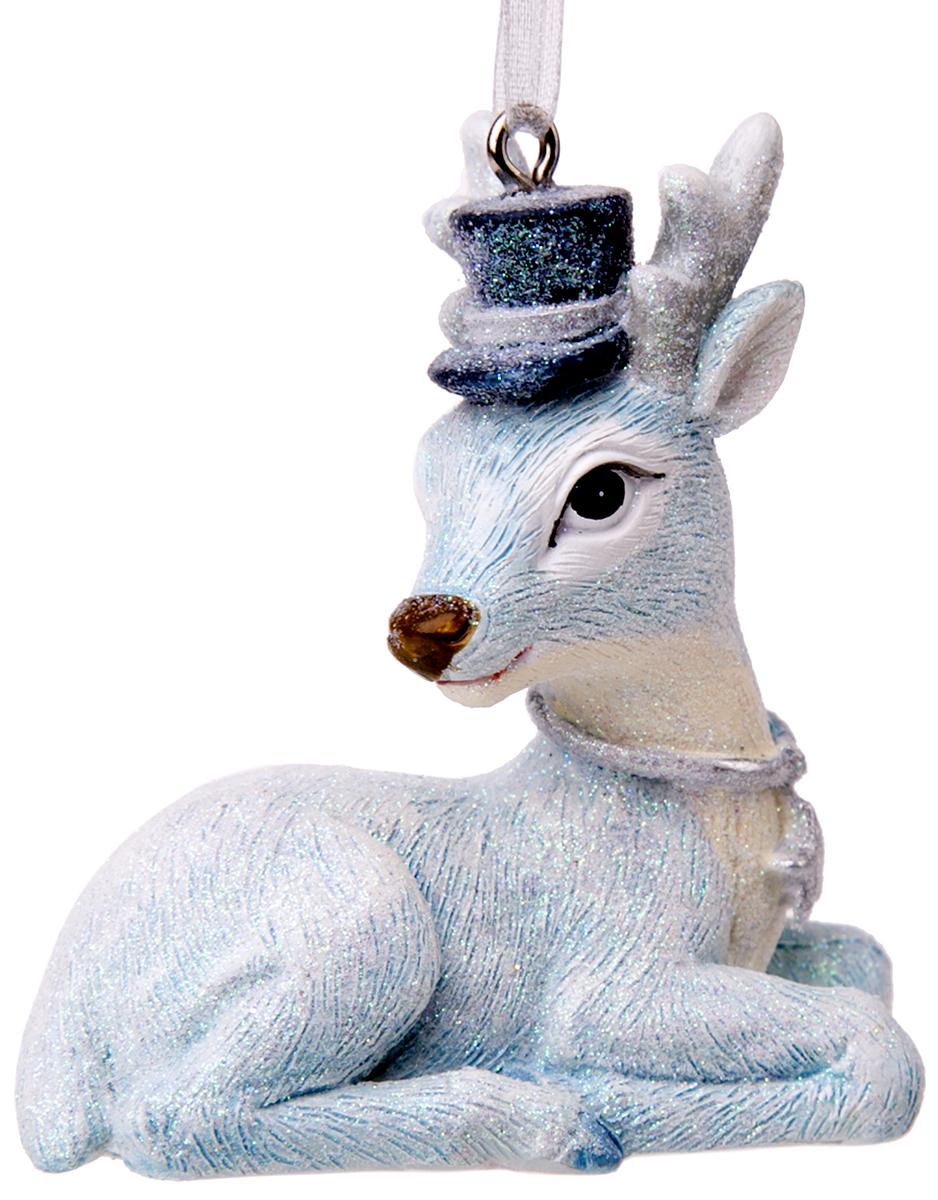 """Оригинальное новогоднее украшение """"Magic Time"""" выполнено из полирезины в виде олененка в шляпе. С  помощью специальной петельки украшение  можно повесить в любом понравившемся вам месте. Но,  конечно же, удачнее всего такая игрушка будет  смотреться на праздничной елке.    Новогодние украшения приносят в дом волшебство и  ощущение праздника. Создайте в своем доме атмосферу  веселья и радости, украшая всей семьей новогоднюю  елку нарядными игрушками, которые будут из года в год  накапливать теплоту воспоминаний."""